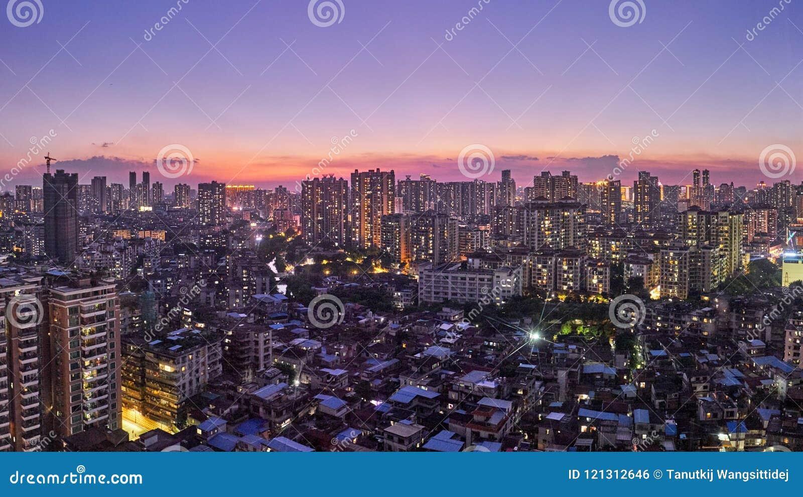 Schitterende nachtmening van vele high-end ondernemingen zoals financiën, onroerende goederen verzekering, Guangzhou-stad, China