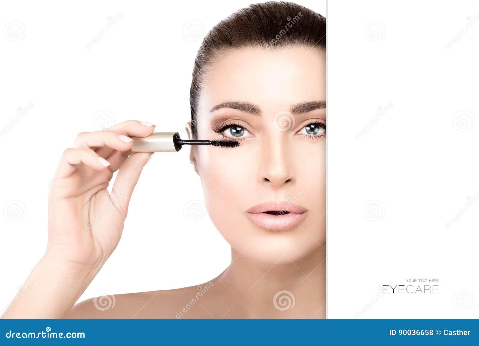 Schitterende schoonheid model het van toepassing zijn mascara