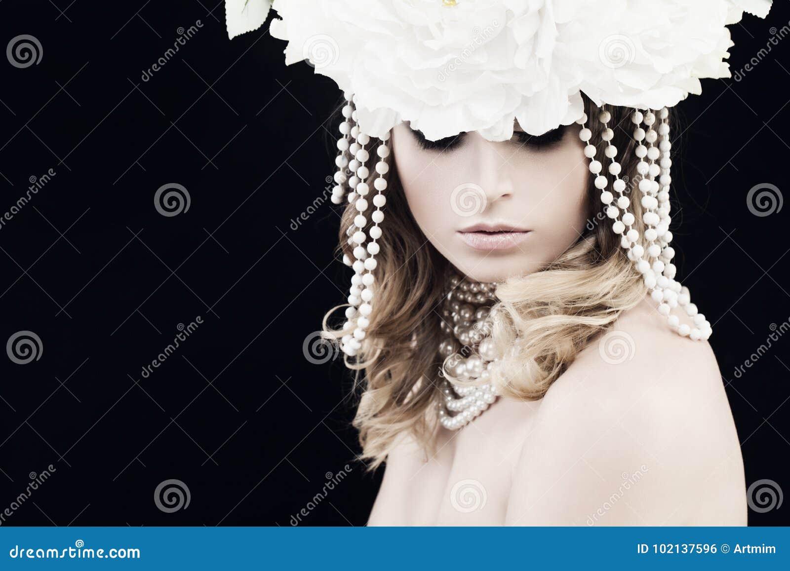 Schitterende Vrouw met Parels en Witte Bloemen
