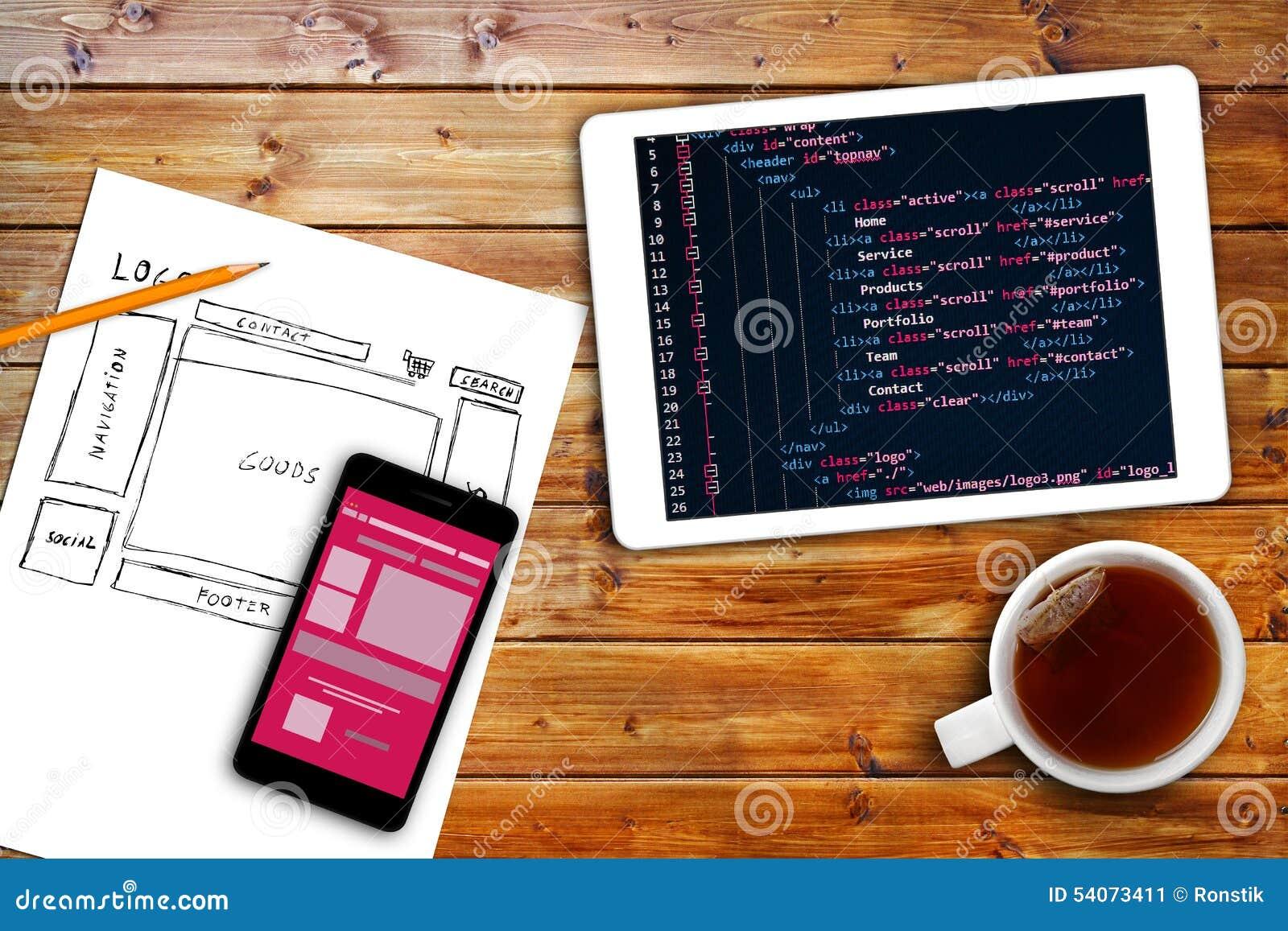 Schizzo del wireframe del sito Web e codice di programmazione sulla compressa digitale