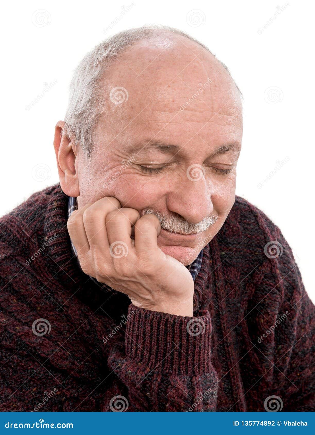 Schläfriger älterer Mann, der im Studio aufwirft