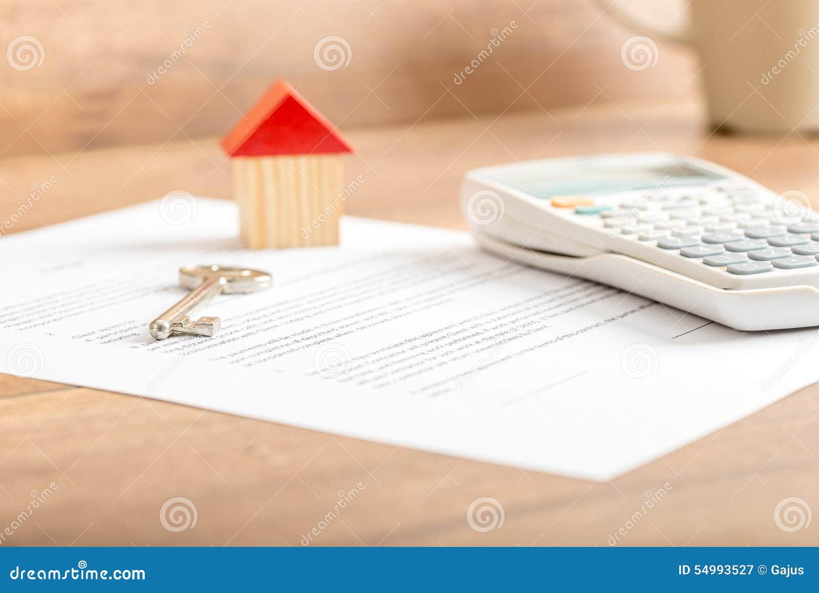Schlüssellügen des silbernen Hauses auf einem Vertrag für Hausverkauf