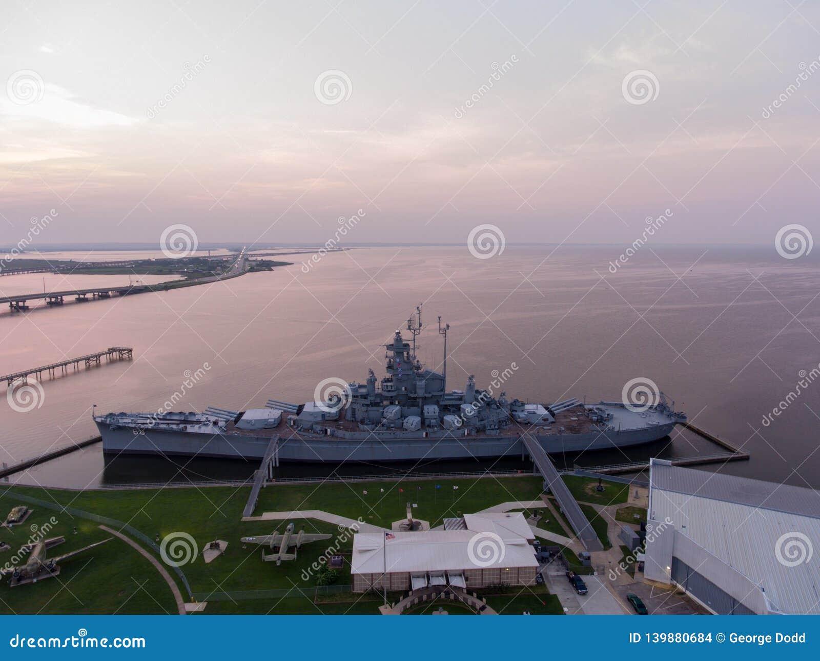 Schlachtschiff USSs Alabama bei Sonnenaufgang