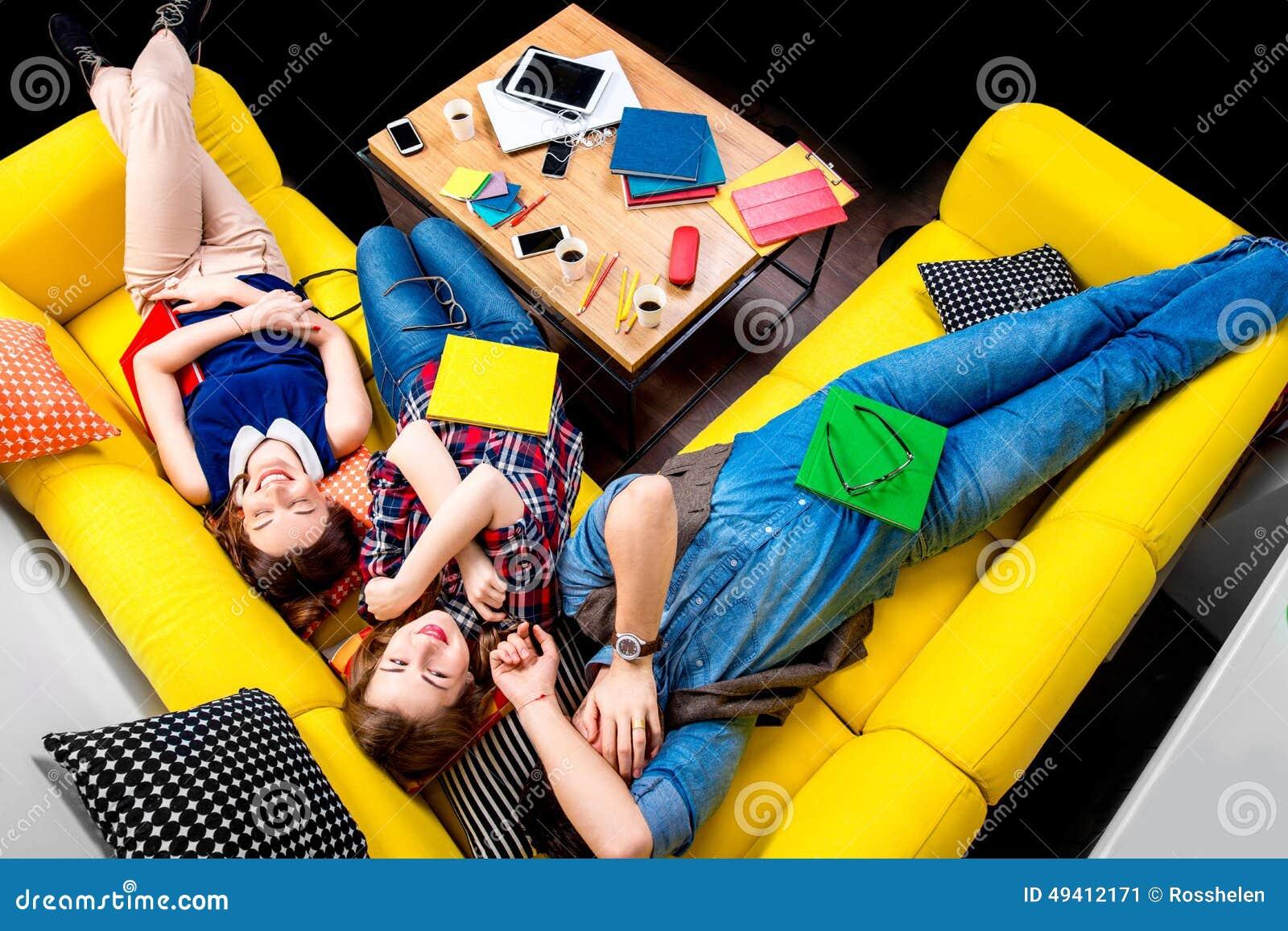 Download Schlafen Und Müde Studenten Auf Der Couch Stockbild - Bild von freunde, lügen: 49412171
