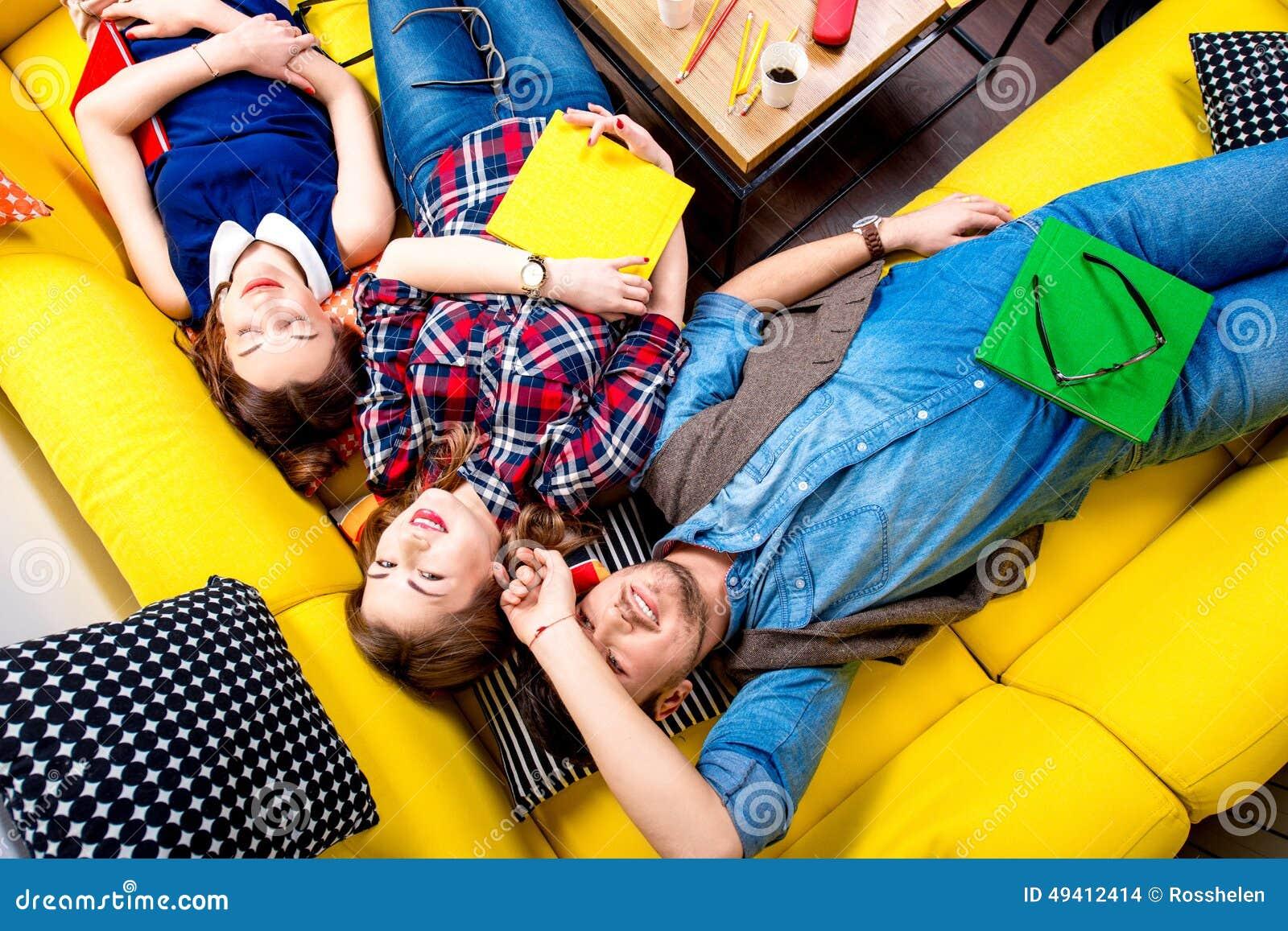 Download Schlafen Und Müde Studenten Auf Der Couch Stockfoto - Bild von freunde, lernen: 49412414