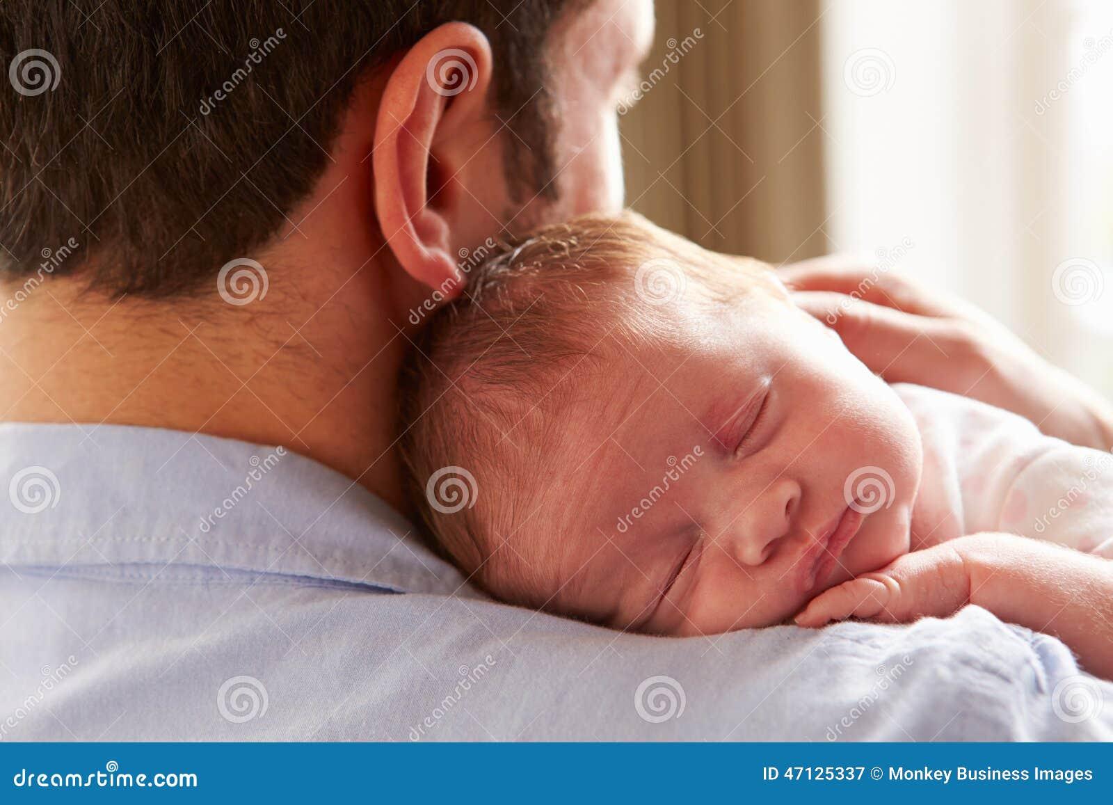Schlafende neugeborene Baby-Tochter Vater-At Home Withs