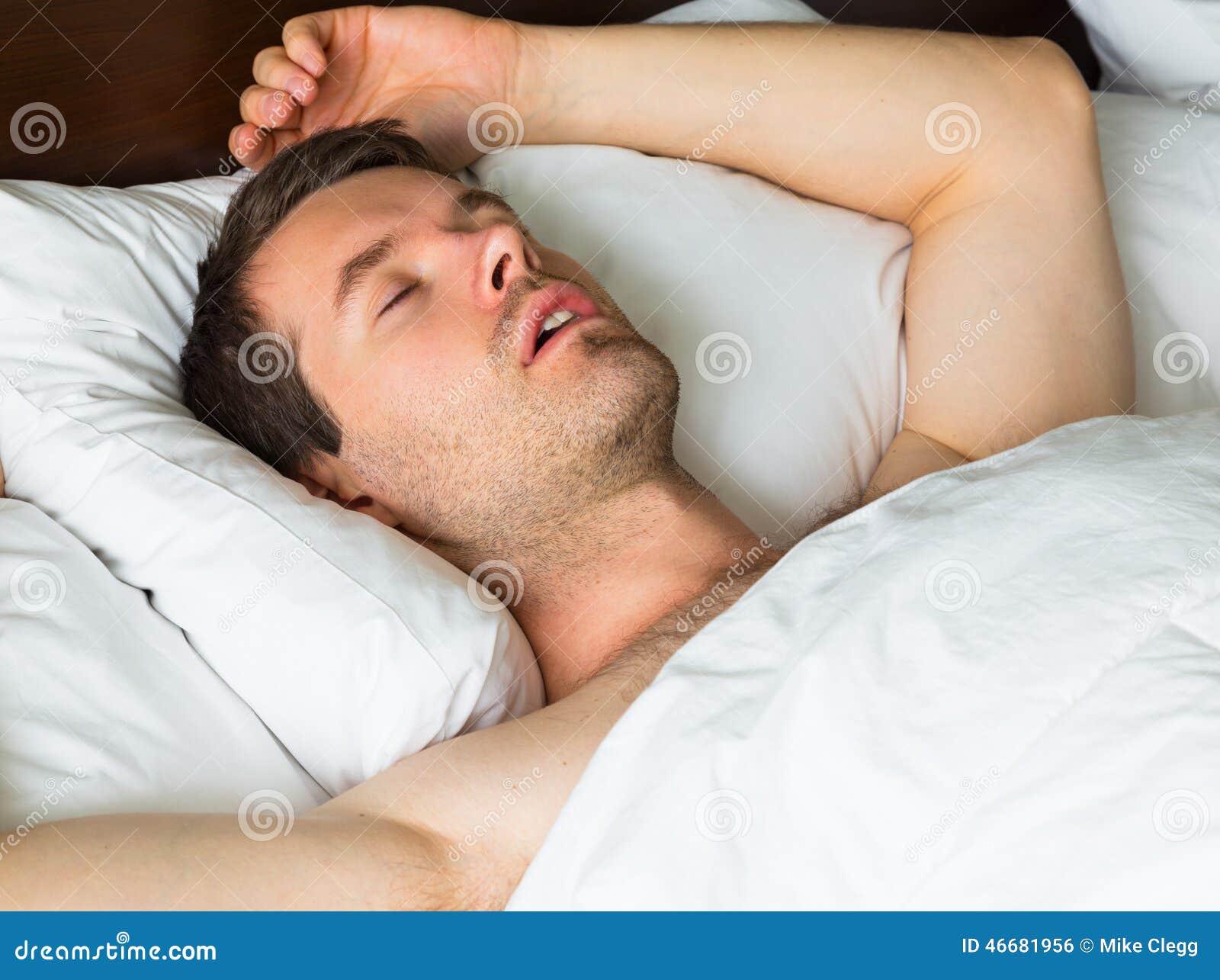 Schlafender Mann Im Bett Mit Seinem Arm Oben Stockfoto Bild Von