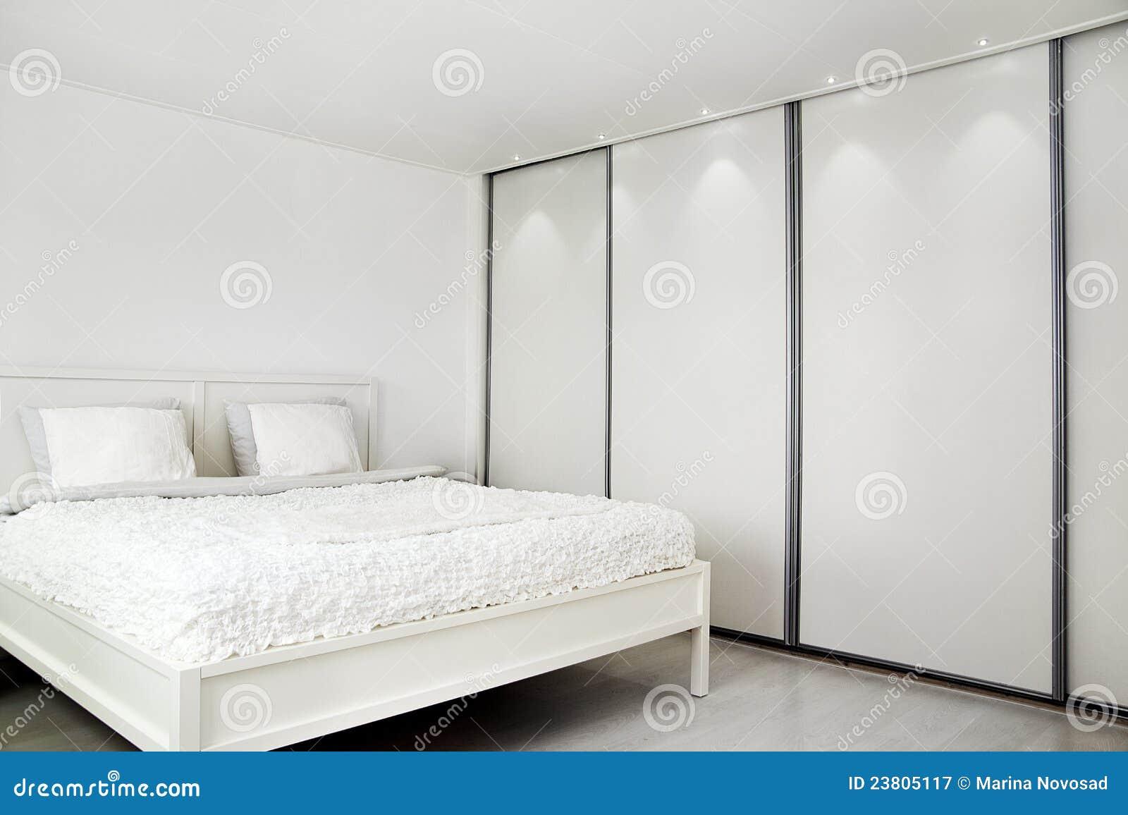 Schlafzimmer. Bett Und Ein Wandschrank. Stockbild - Bild von ...