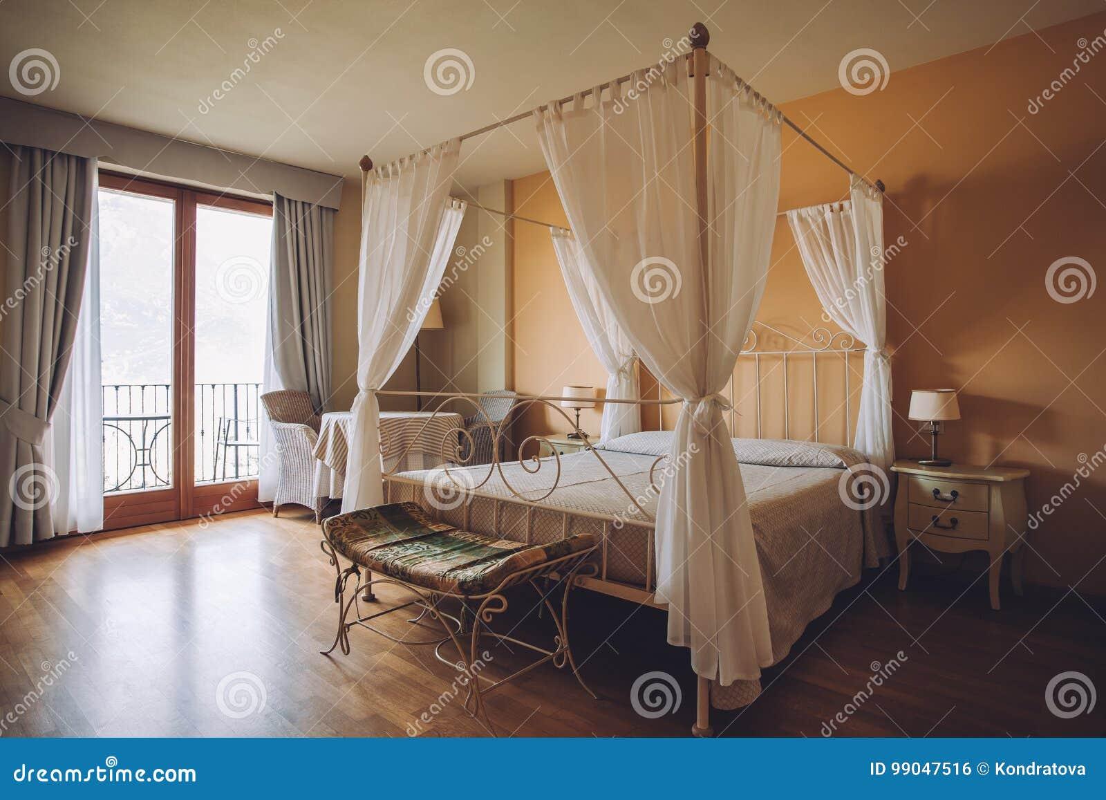 Schlafzimmer In Den Hellen Farben Großes Bequemes Doppelbett Im Eleganten  Klassischen Innenraum