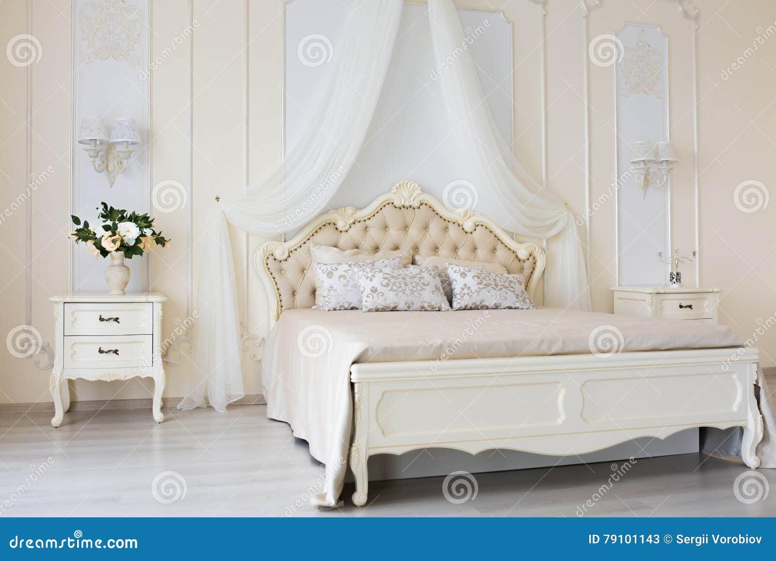 Download Schlafzimmer In Den Weichen Hellen Farben Großes Bequemes  Doppelbett Im Eleganten Klassischen Innenraum Stockbild
