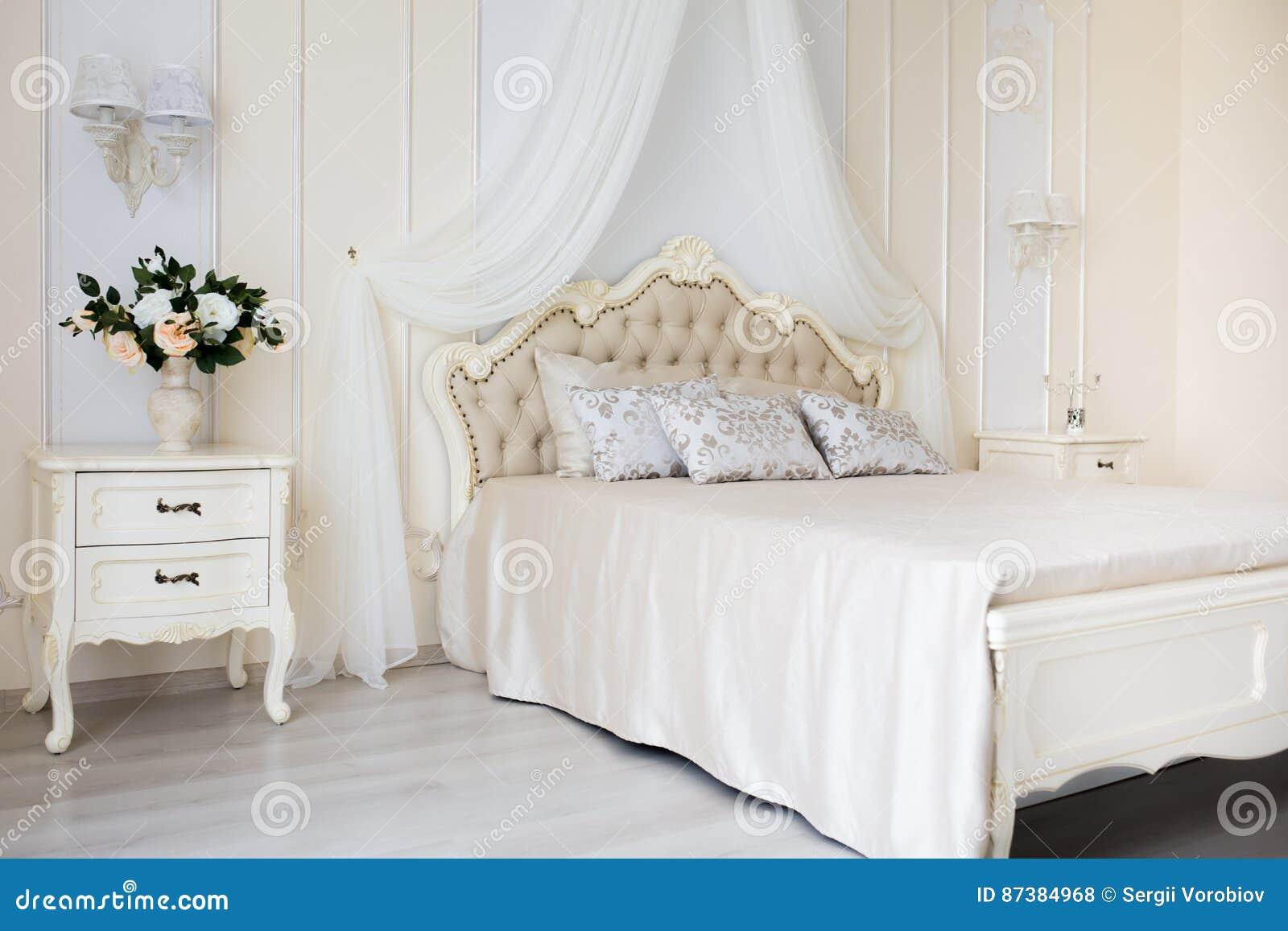 Schlafzimmer In Den Weichen Hellen Farben Großes Bequemes Doppelbett Im  Eleganten Klassischen Innenraum