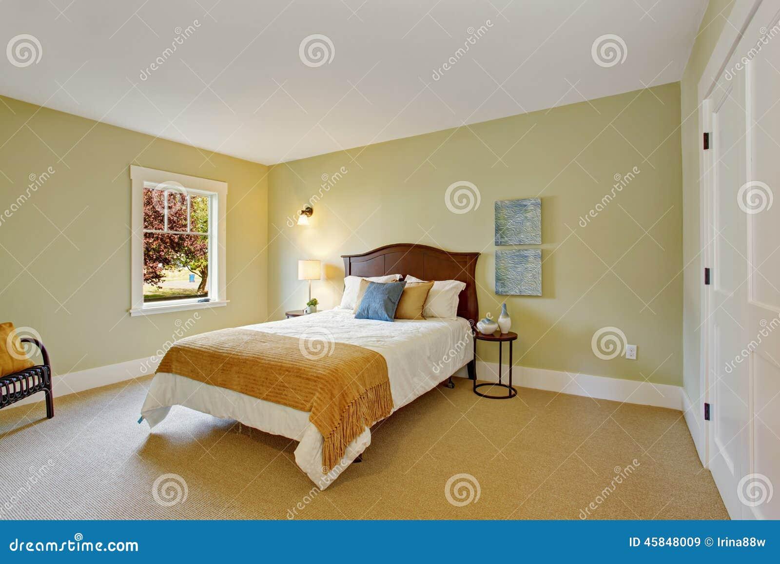 Schlafzimmer in der hellen tadellosen farbe mit weißem bett ...