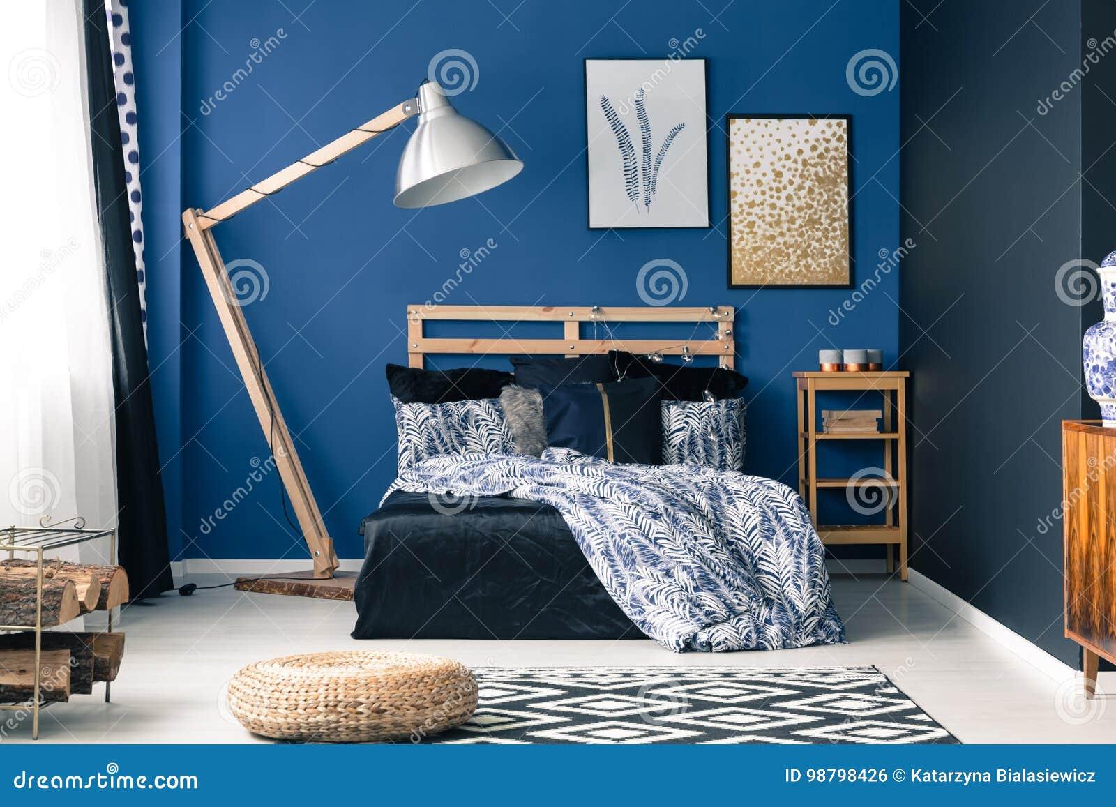 Schlafzimmer In Der Reichen Blauen Farbe Stockfoto - Bild von bett ...