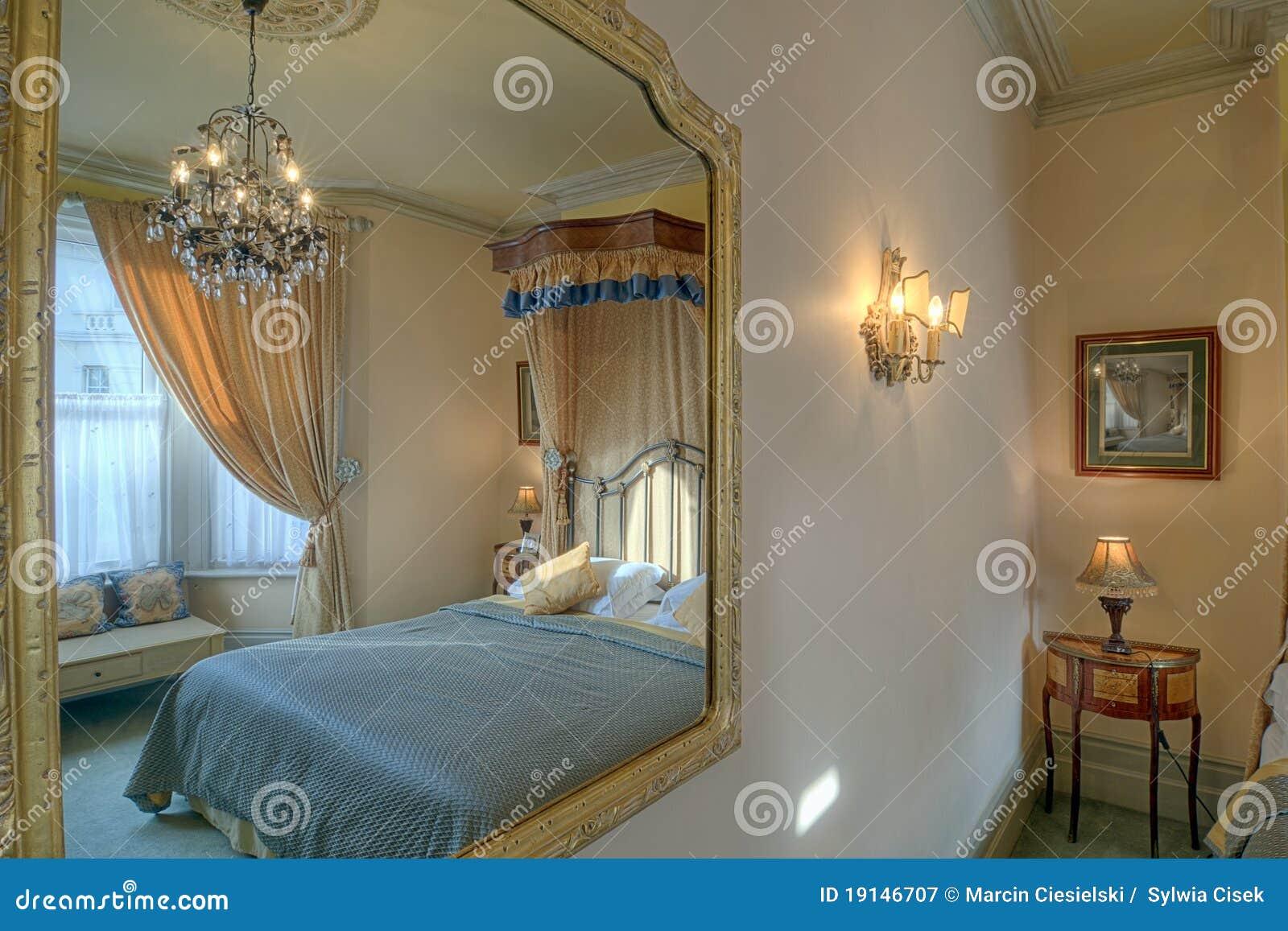Schlafzimmer In Einem Spiegel Stockbild - Bild von gold ...