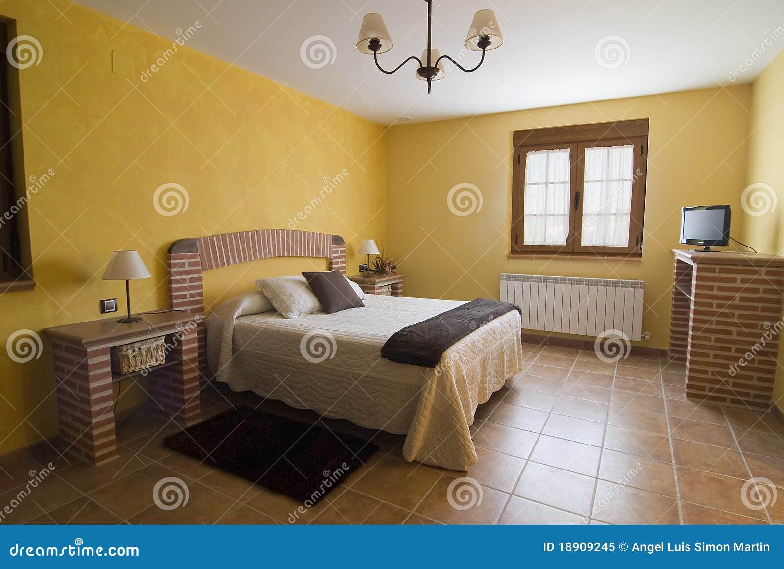 Schlafzimmer Im Gelb Und In Den Ziegelsteinen. Stockbild - Bild von ...