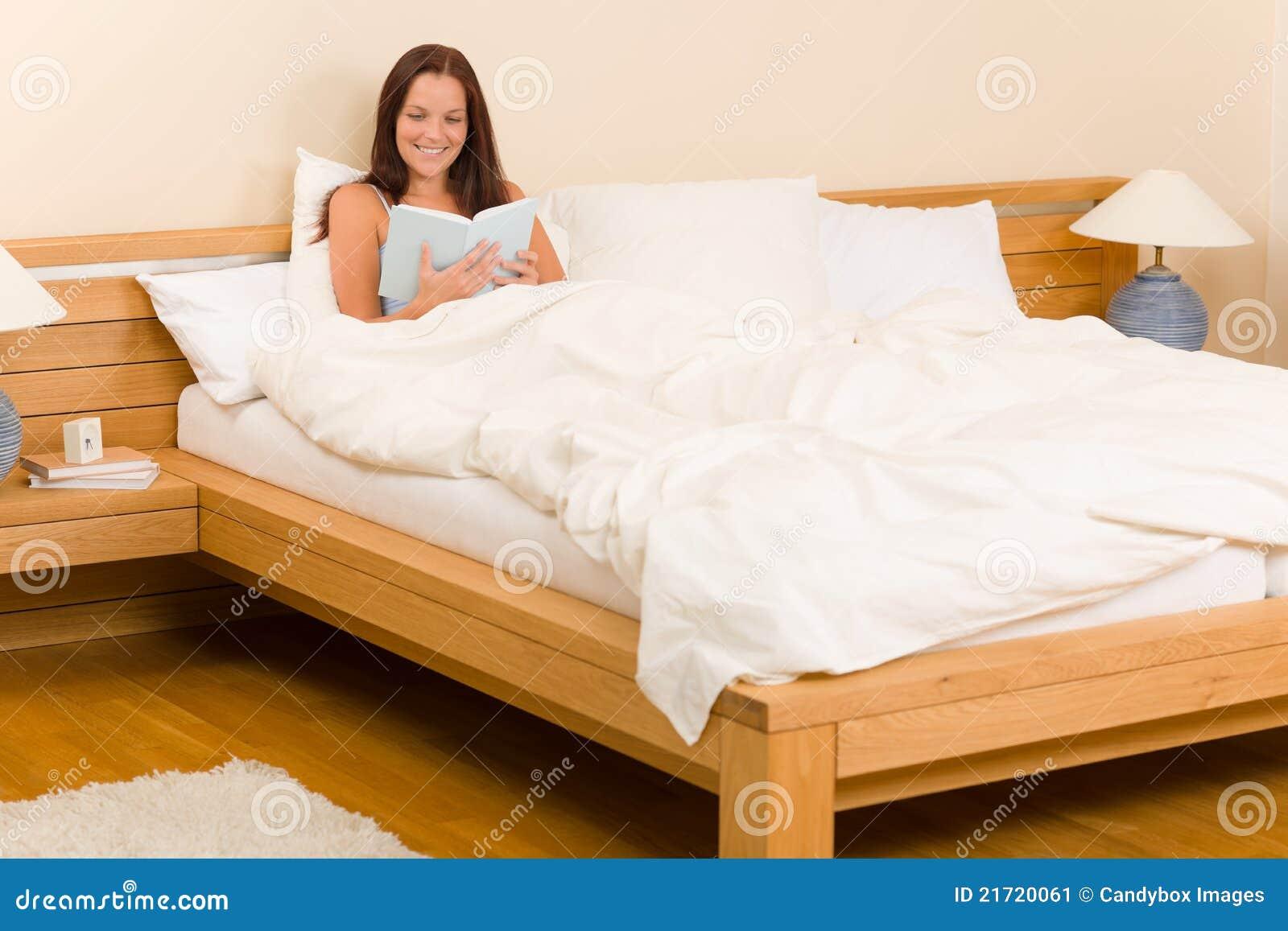 Schlafzimmer - Junge Frau Las Buch Im Bett Stockbild - Bild von frau ...