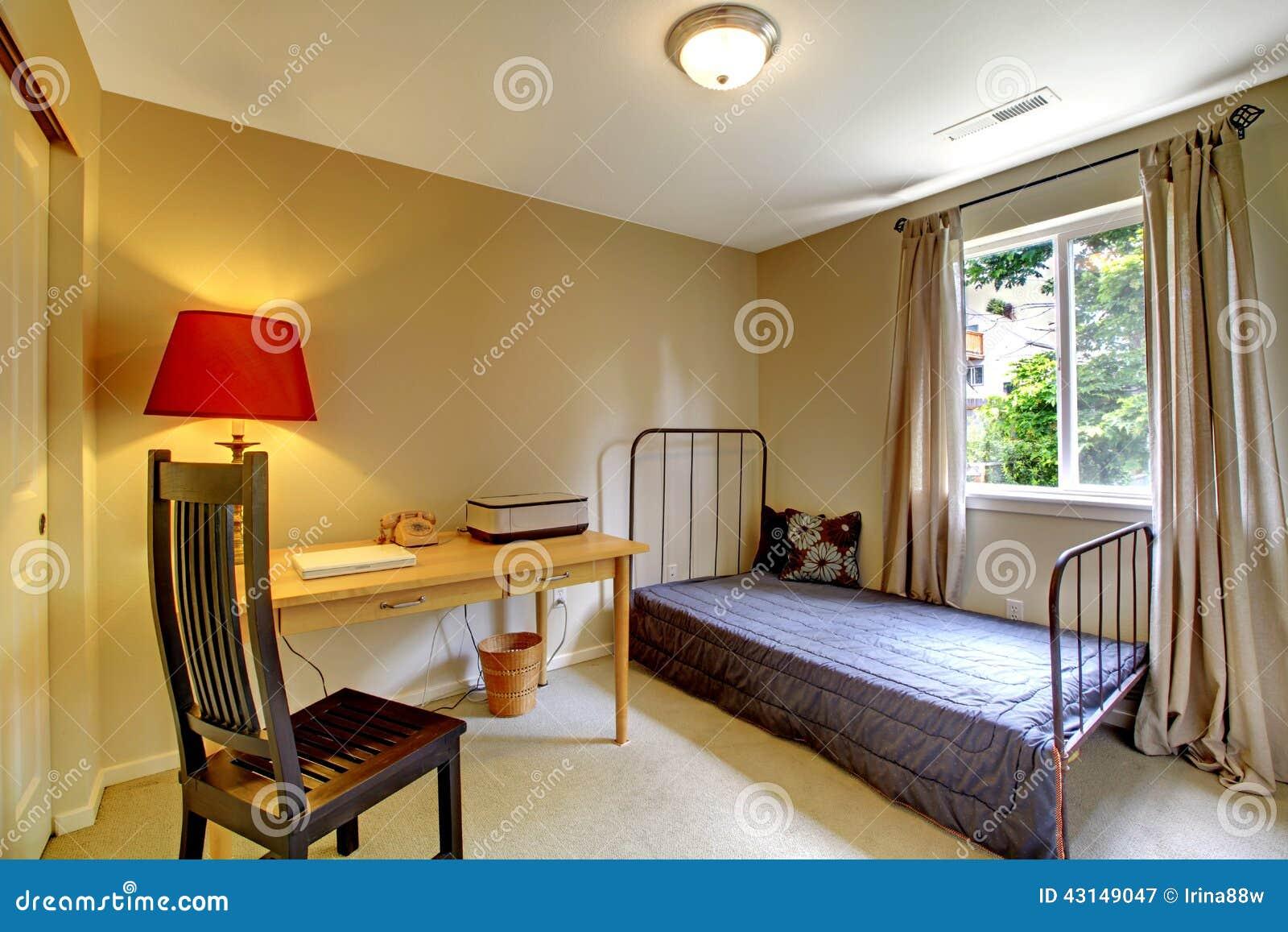 Schlafzimmer Mit Antikem Eisenrahmenbett Und -schreibtisch Stockbild ...
