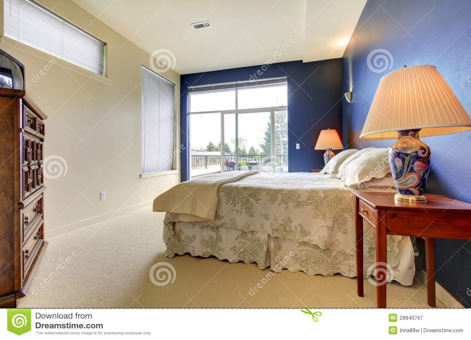 Schlafzimmer Mit Blauer Wand Und Asiatischen Lampen.