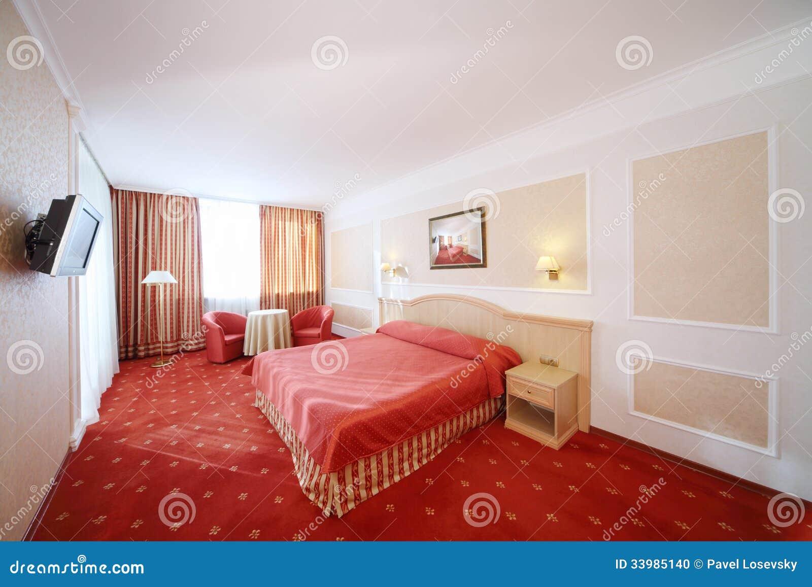Schlafzimmer mit doppelbett mit rotem leinen rote lehnsessel deko ideen