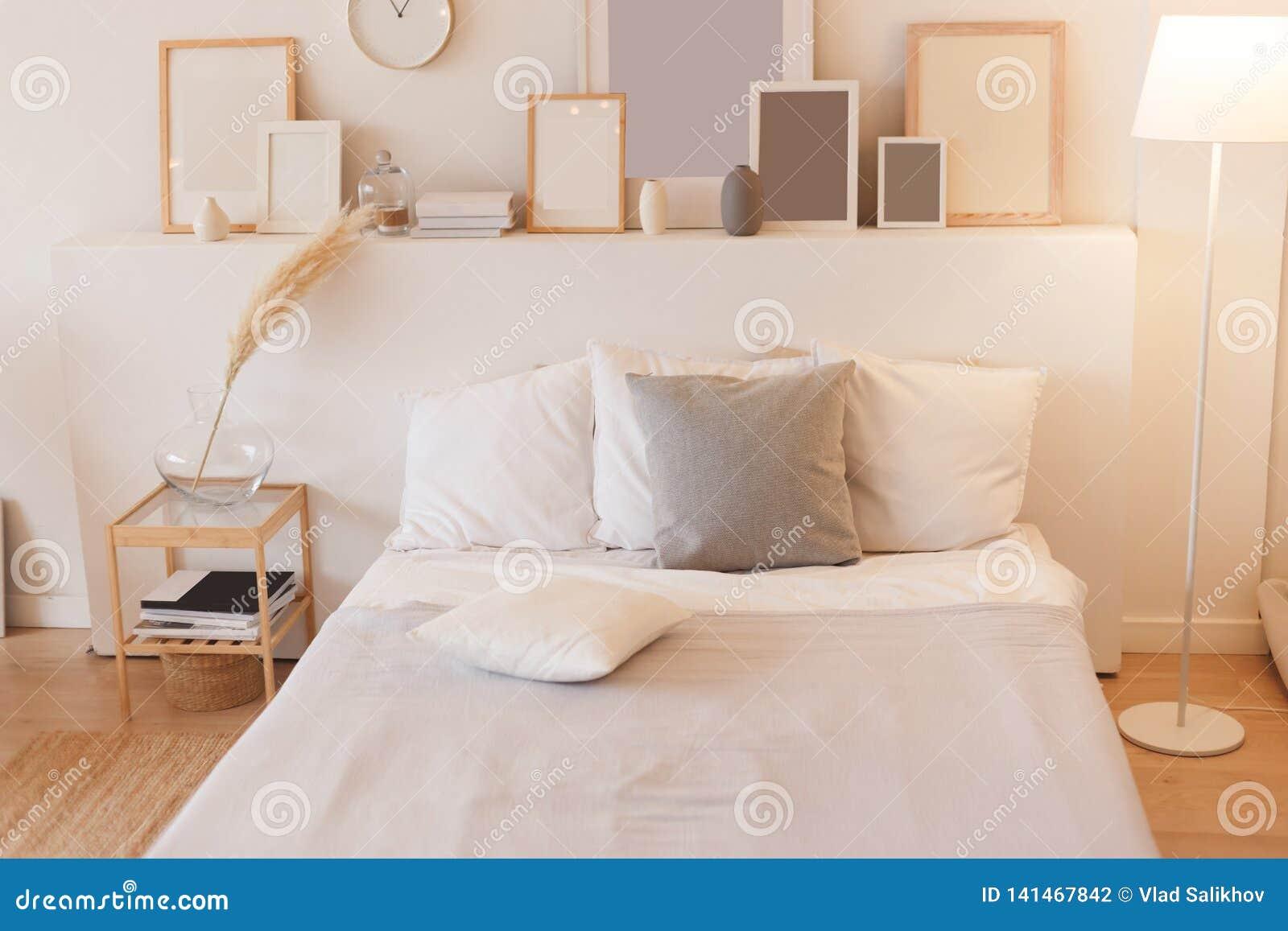 Schlafzimmer mit eingeschaltet Stehlampe- und Fotorahmen
