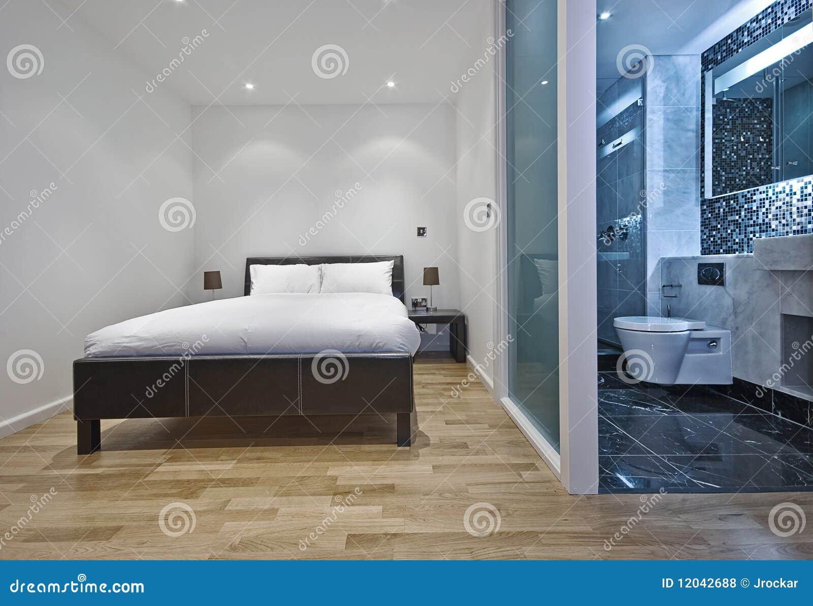 Schlafzimmer Mit Badezimmer : Schlafzimmer mit ensuite badezimmer lizenzfreie stockfotos