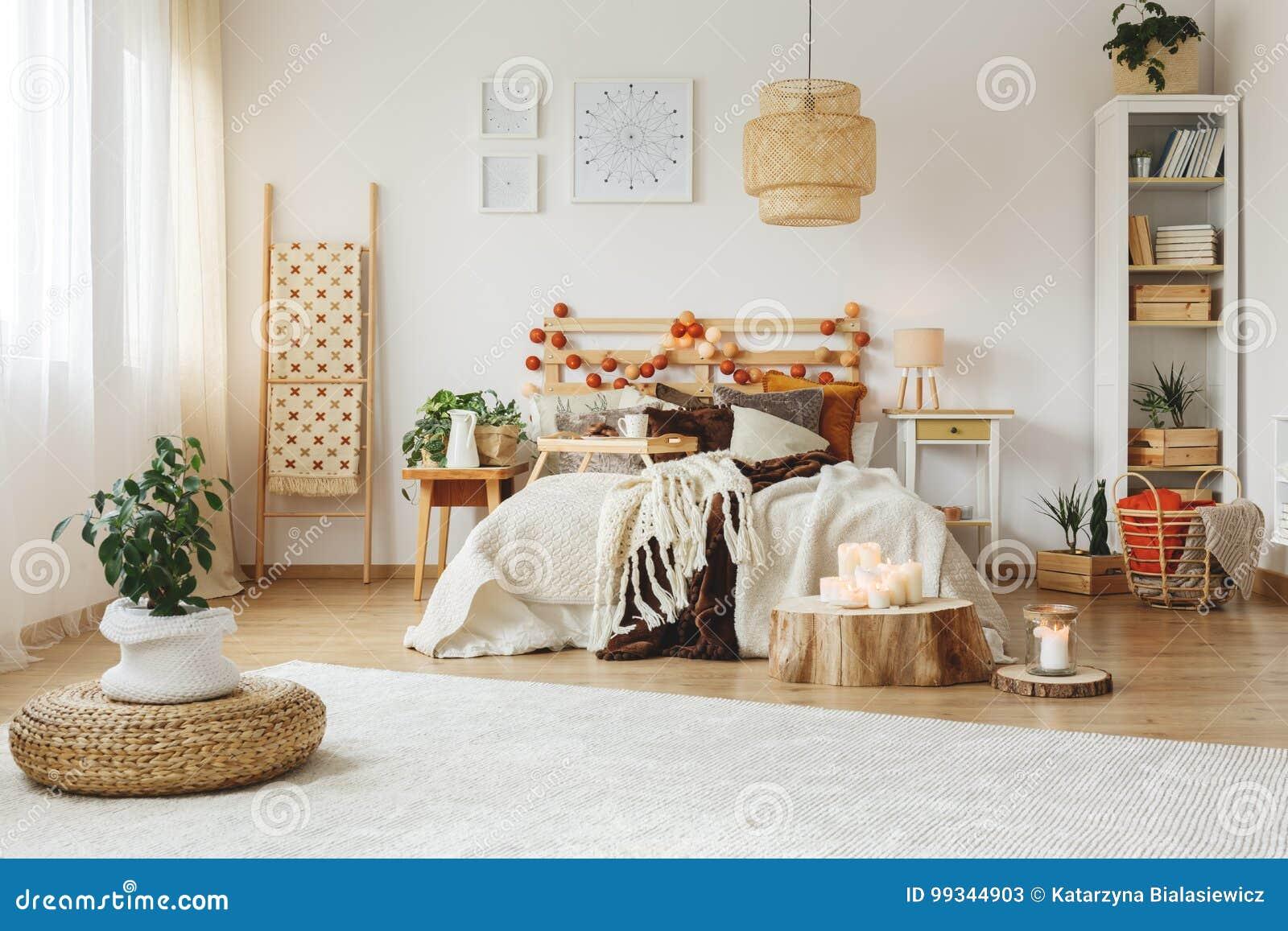 Schlafzimmer Mit Großem Weißem Teppich Stockbild Bild Von Flach
