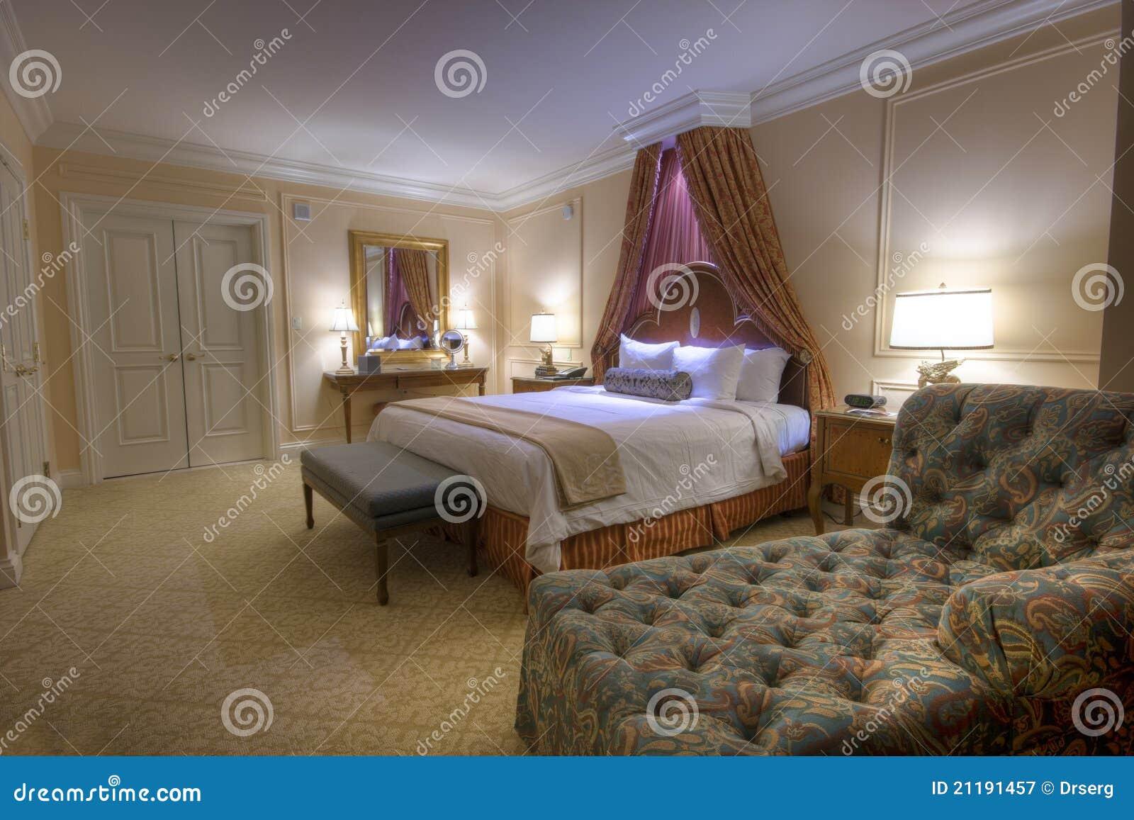 Schlafzimmer Mit King-size Bett Des Lampenkabinendaches Stockbild ...