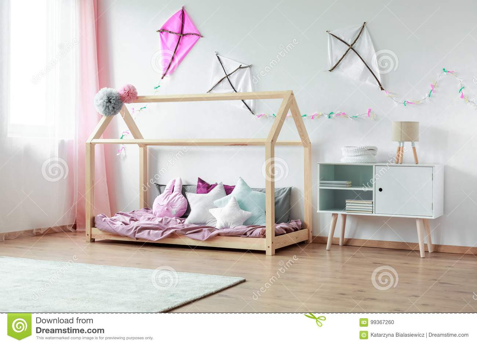 Schlafzimmer Mit Schrank Und Drachen Stockfoto - Bild von cozy, haus ...