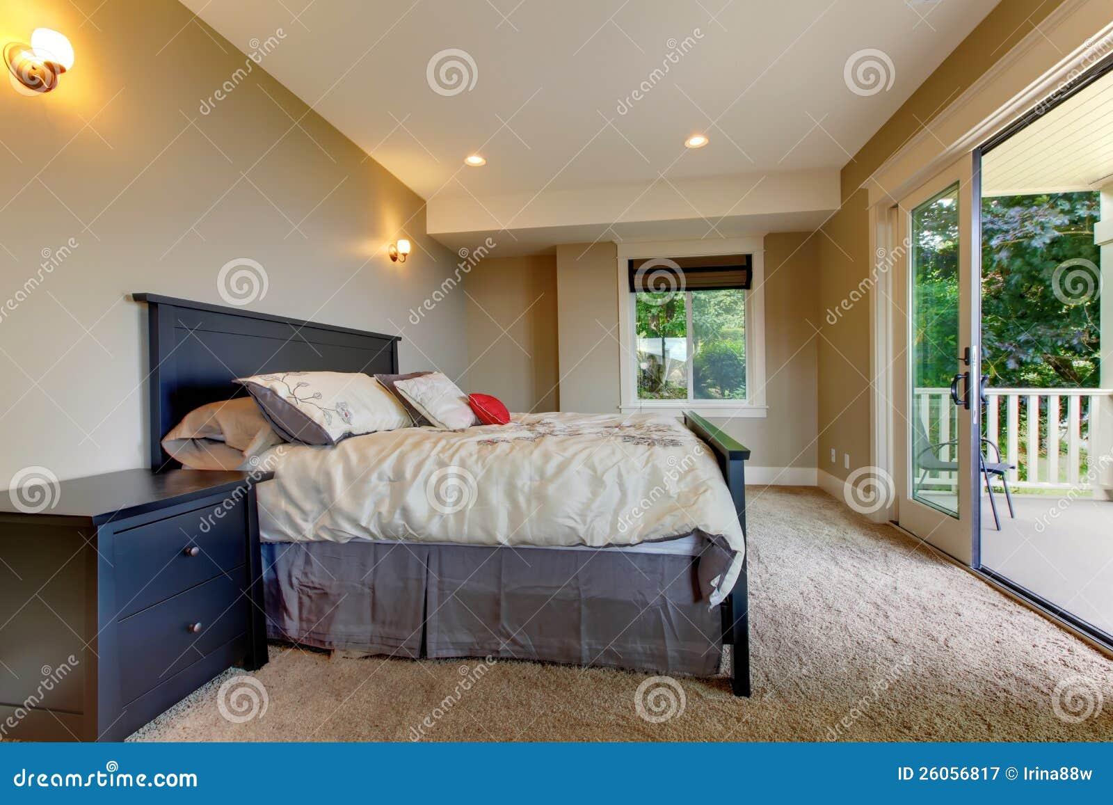 Schlafzimmer Mit Teppich Und Großer Balkontür. Stockbild - Bild von ...