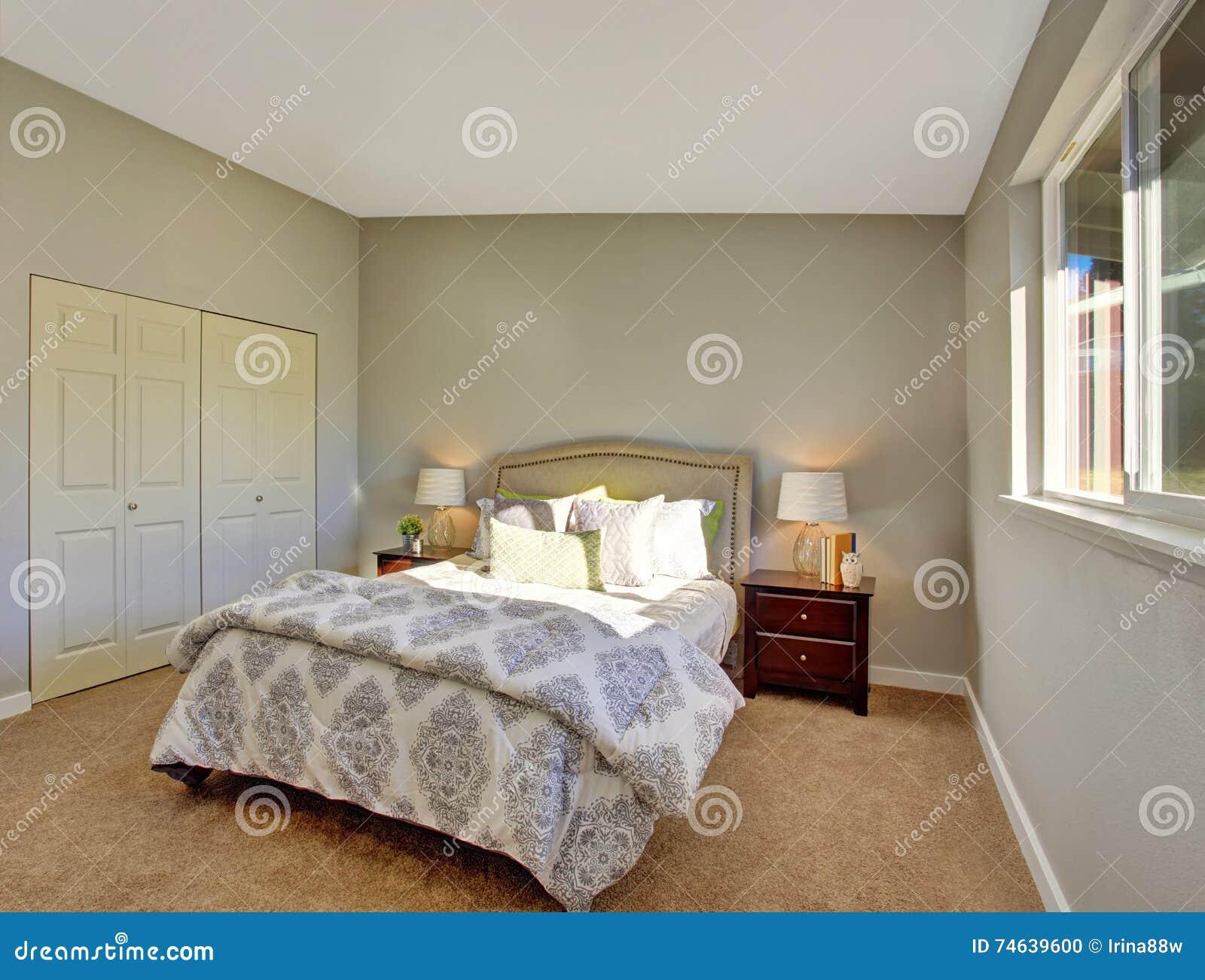 Schlafzimmer Mit Teppichboden Und Turen Zum Eingebauten Wandschrank