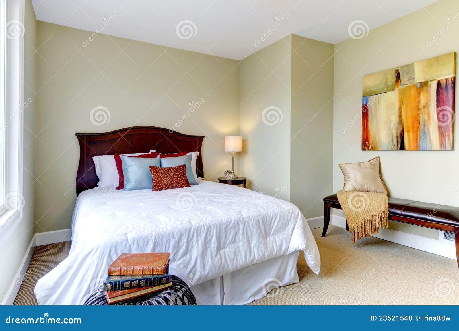 schlafzimmer mit wei er bettw sche gr ne w nde stockfoto bild 23521540. Black Bedroom Furniture Sets. Home Design Ideas