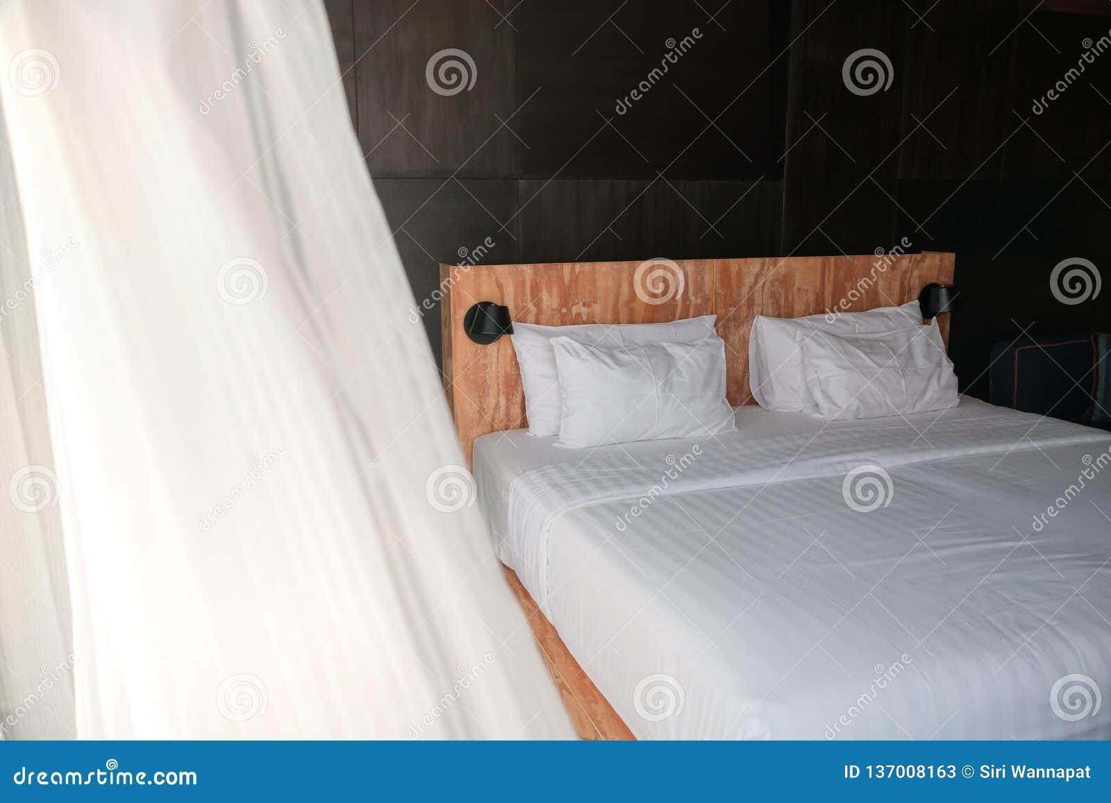 Schlafzimmerbild mit natürlichem Tageslicht, Sommer-Wind, der im Vorhang durchbrennt