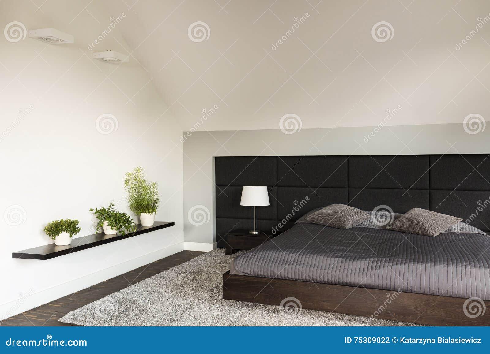 Beau Einfaches Helles Schlafzimmer In Der Japanischen Art Mit Großem Bett,  Gepolsterte Wand, Teppich, Drei Bonsaibäume, Die Auf Einem Wandregal Stehen
