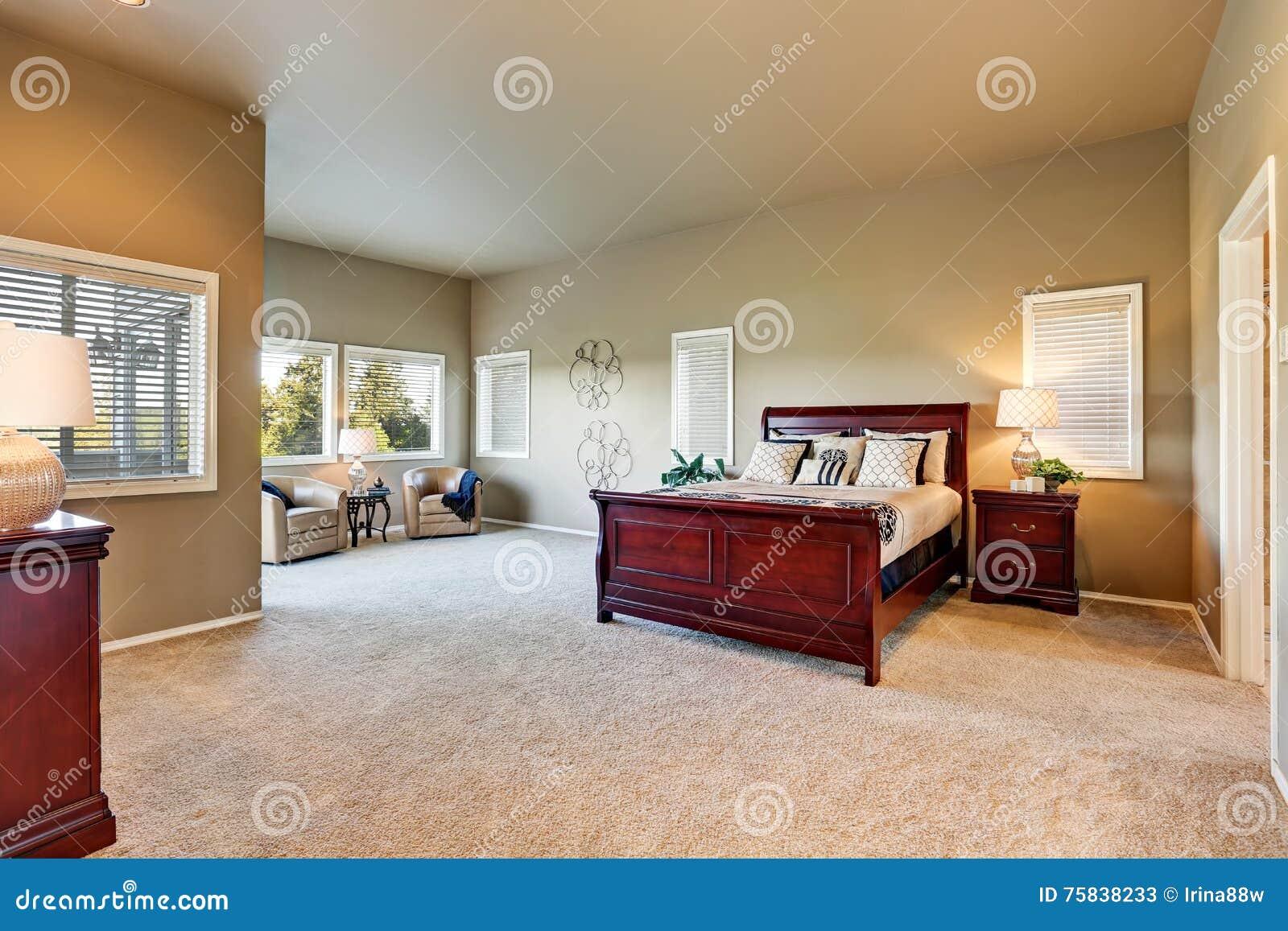Schlafzimmerinnenraum Mit Beige Wänden Und Kirschholzmöbel .