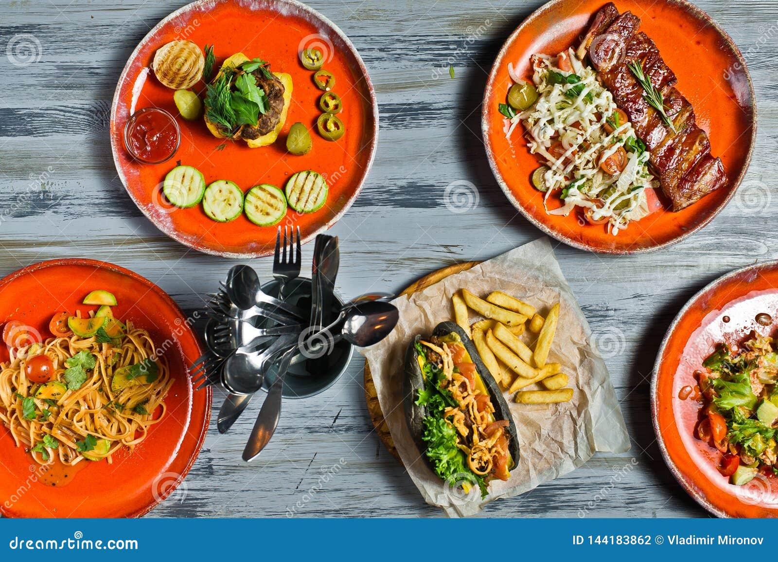 Schlagen Sie Nahrungsmittelgrill-Fleisch-Mittagessen-Restaurant-Menü-Bankett-Konzept-Würstchen, Grillschweinefleischrippen, Steak