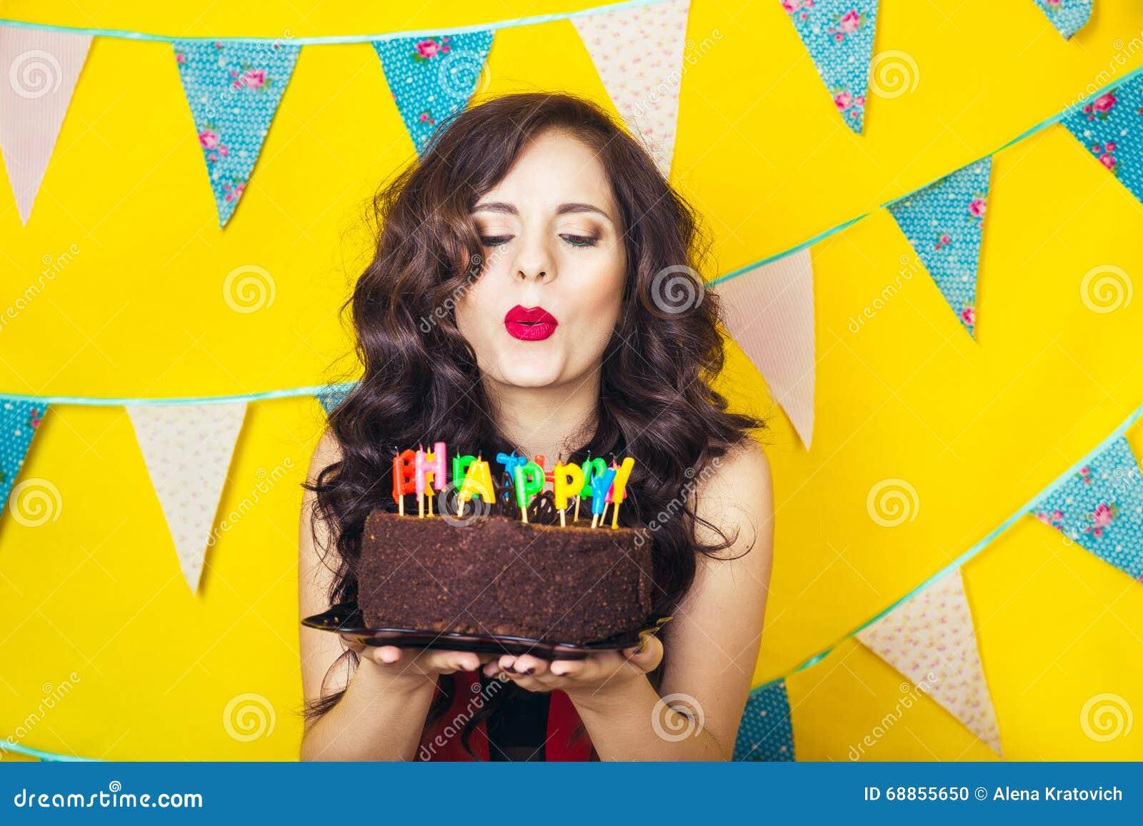 Schlagkerzen Des Schönen Kaukasischen Mädchens Auf Ihr Kuchen Feier ...