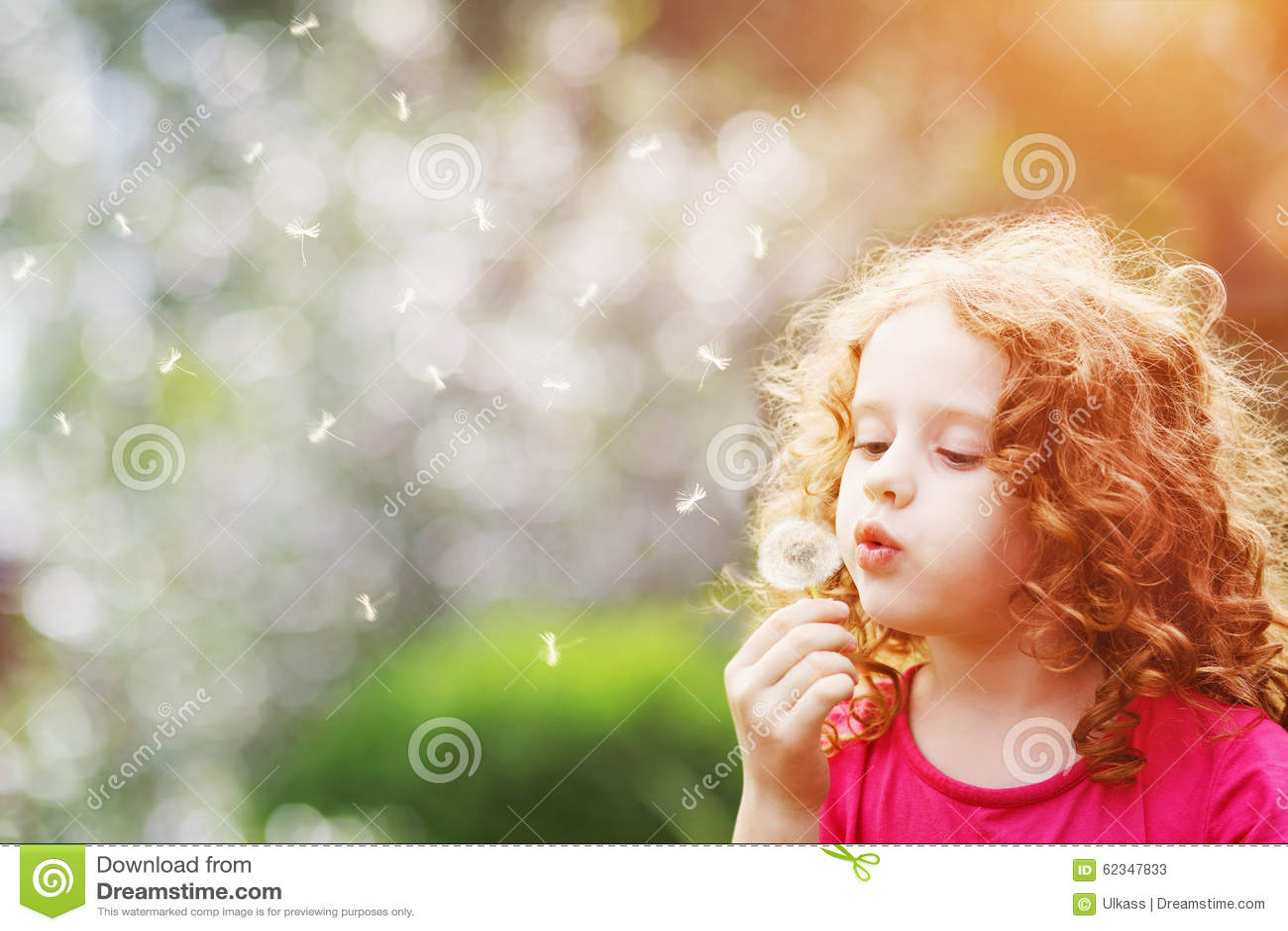 Schlaglöwenzahn des kleinen gelockten Mädchens