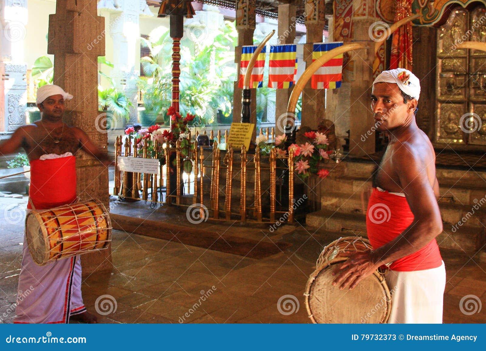 Schlagzeuger kleideten mit traditioneller Kleidung am Tempel des heiligen Zahn-Relikts an (Sri Lanka)