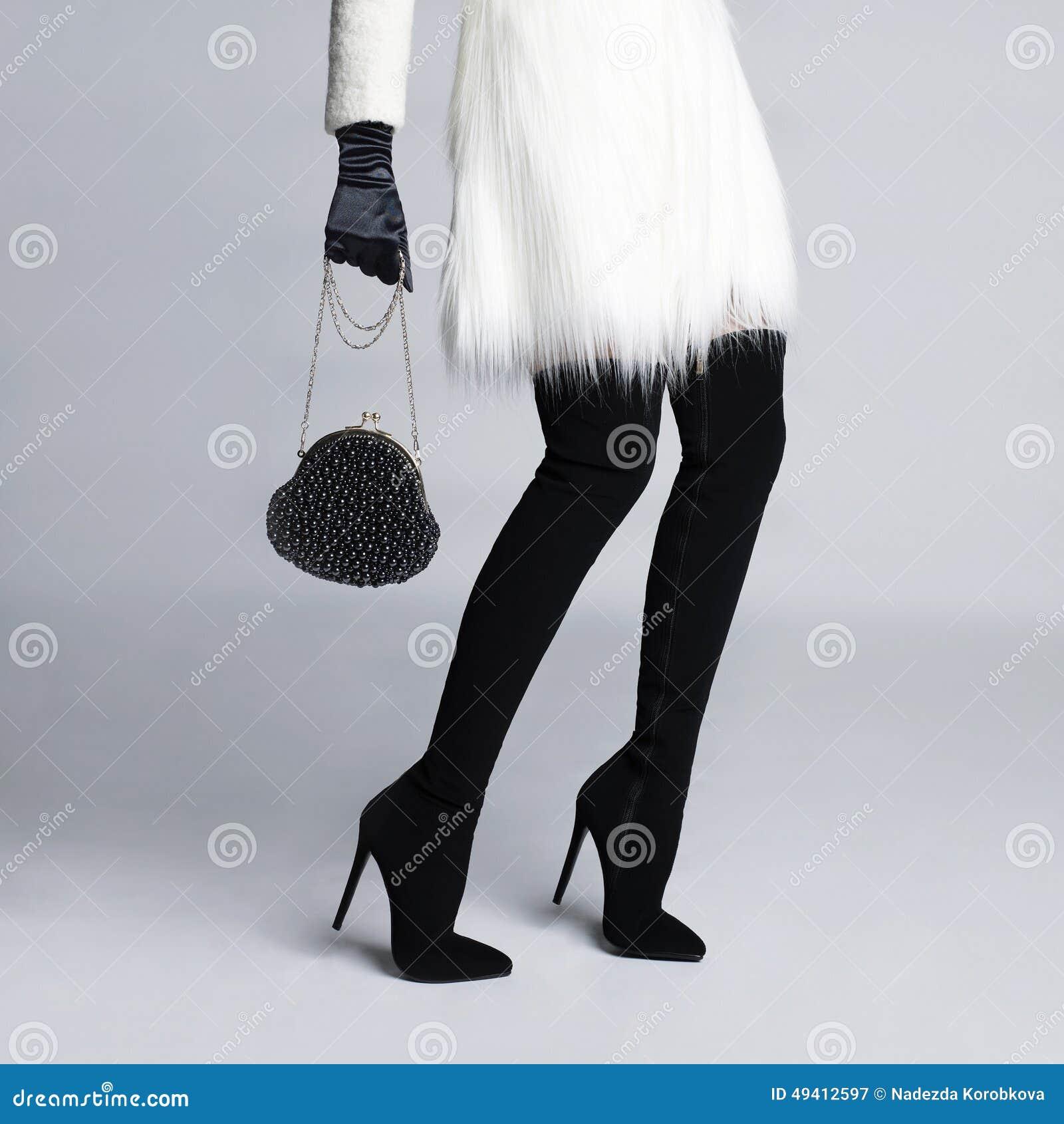 Download Schlanke Weibliche Beine In Den Stiefelstrümpfen Stockbild - Bild von frau, fersen: 49412597