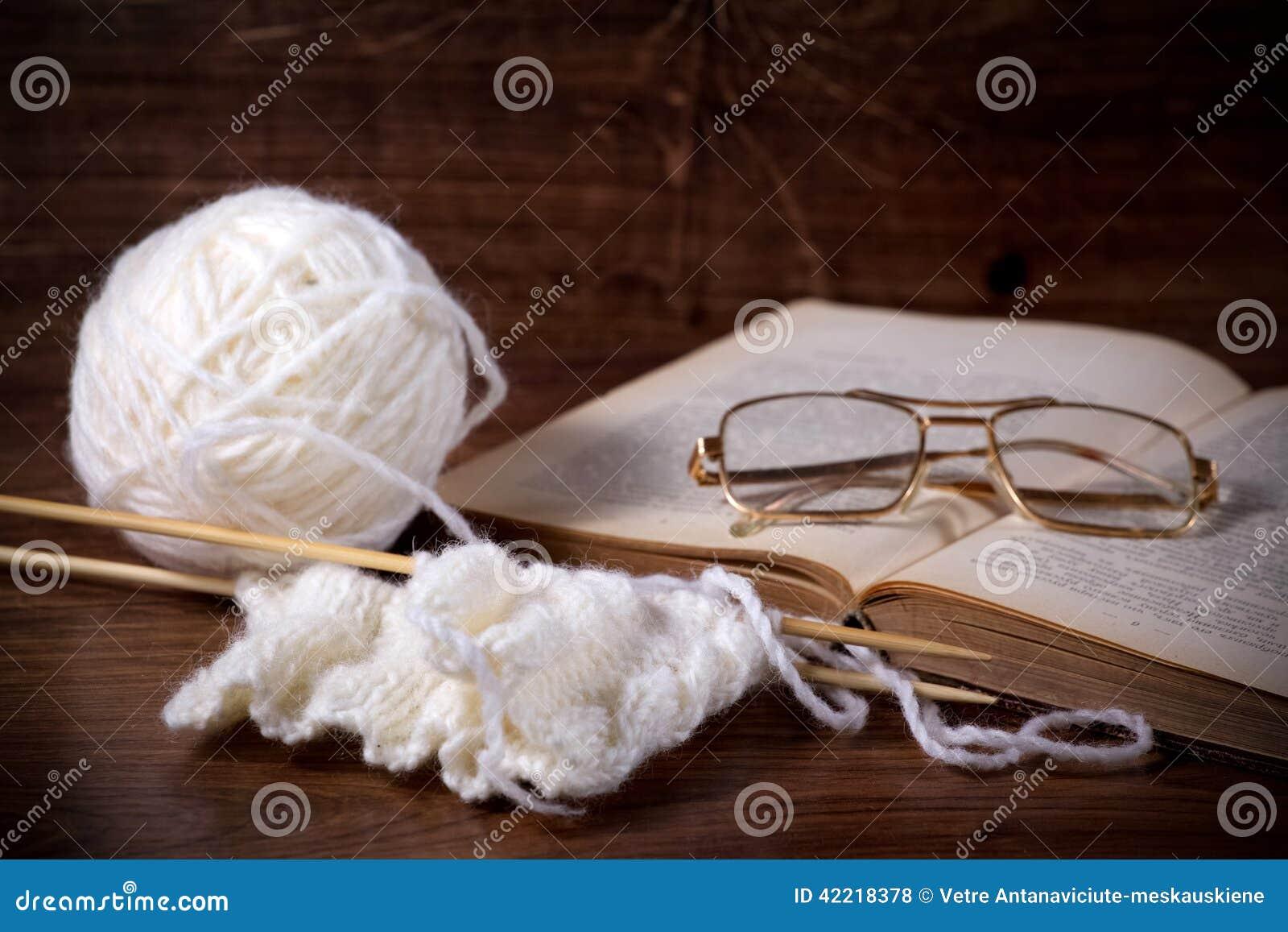 Schlaufen mit Buch und Gläsern