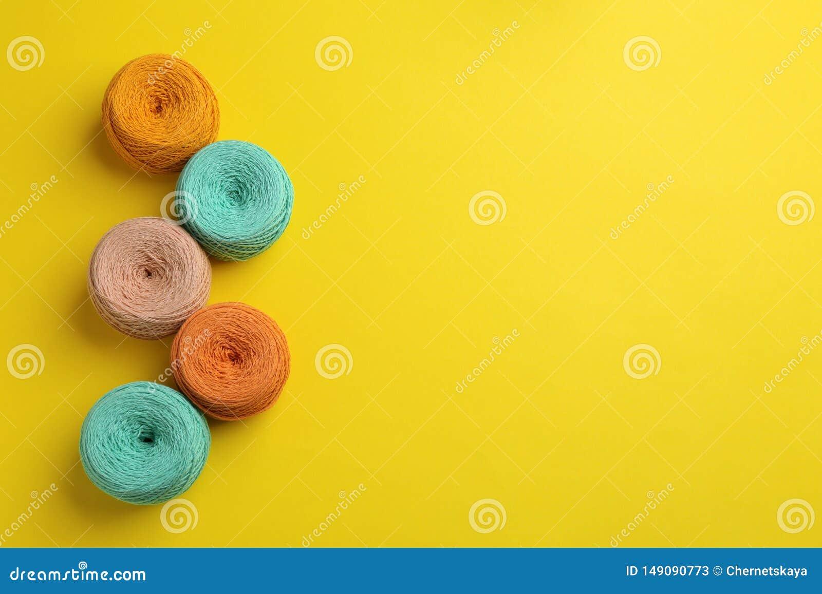 Schlaufen von strickenden Faden auf Farbhintergrund, legen flach mit Raum f?r Text