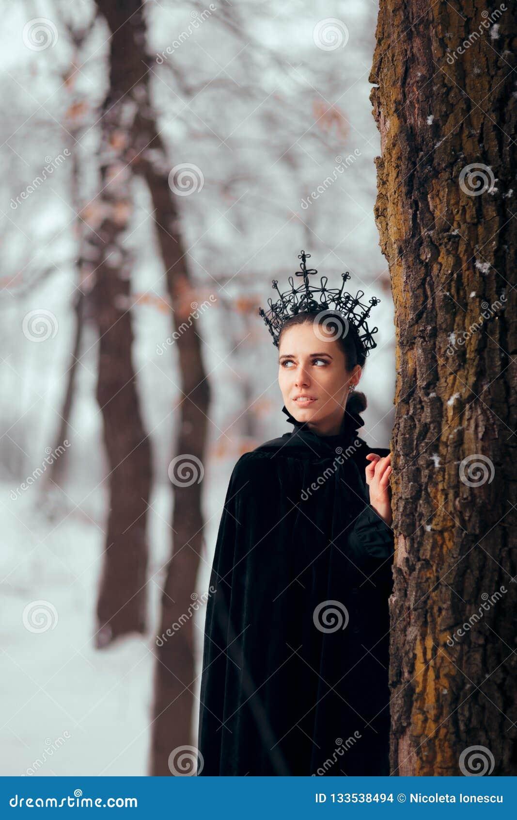 Schlechte Königin in magischem Forest Winter Wonderland