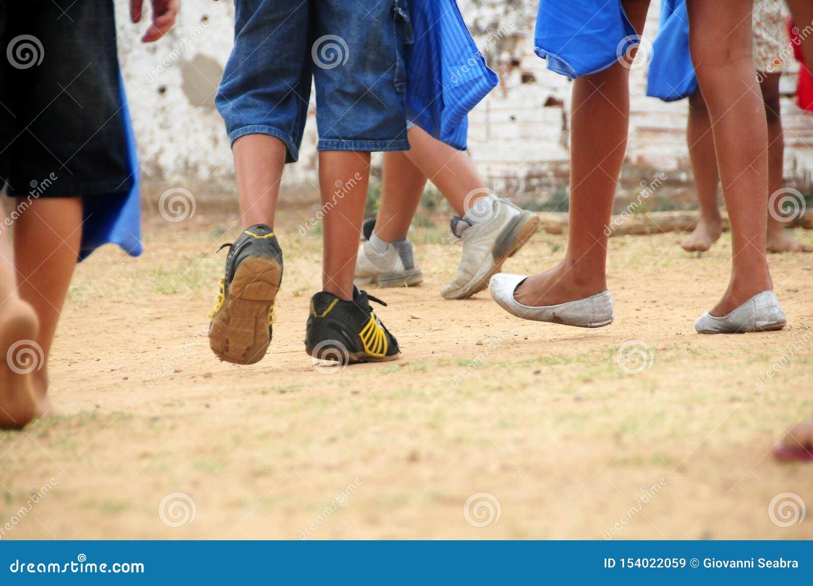 Schlechte laufende und spielende Kinderbeine