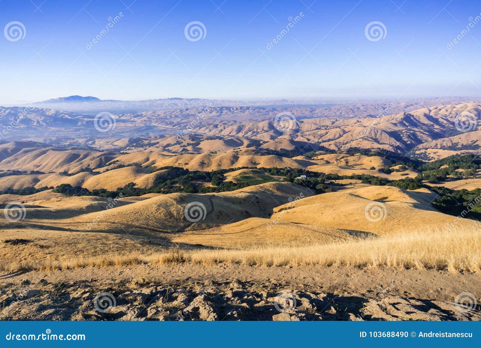 Schleppen Sie unter den goldenen Hügeln und den Tälern der Auftrag-Spitze, der Ansicht in Richtung zum Drei-Tal und des Mt Diablo