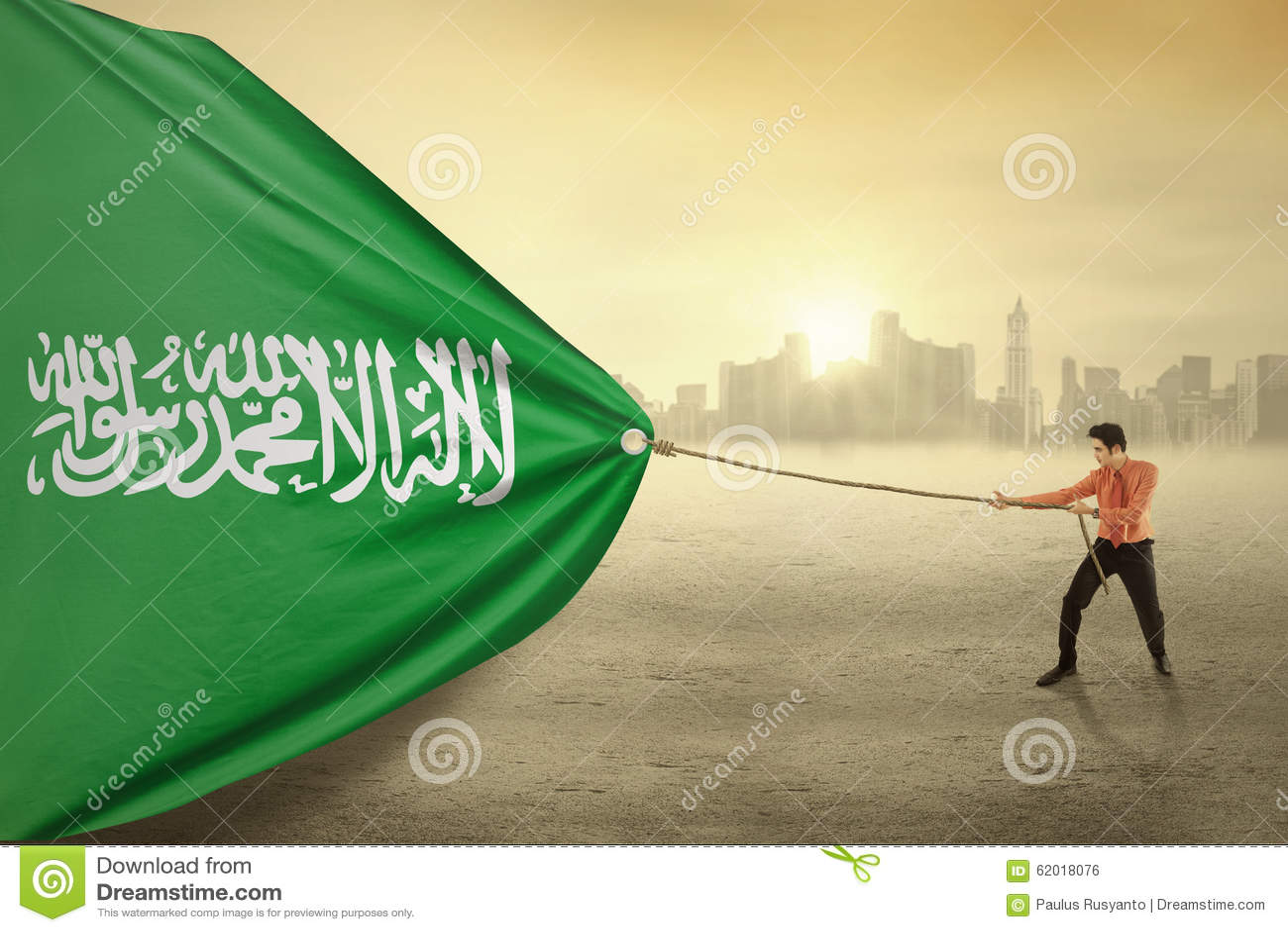 Schleppende Flagge der arabischen Person von Saudi-Arabien