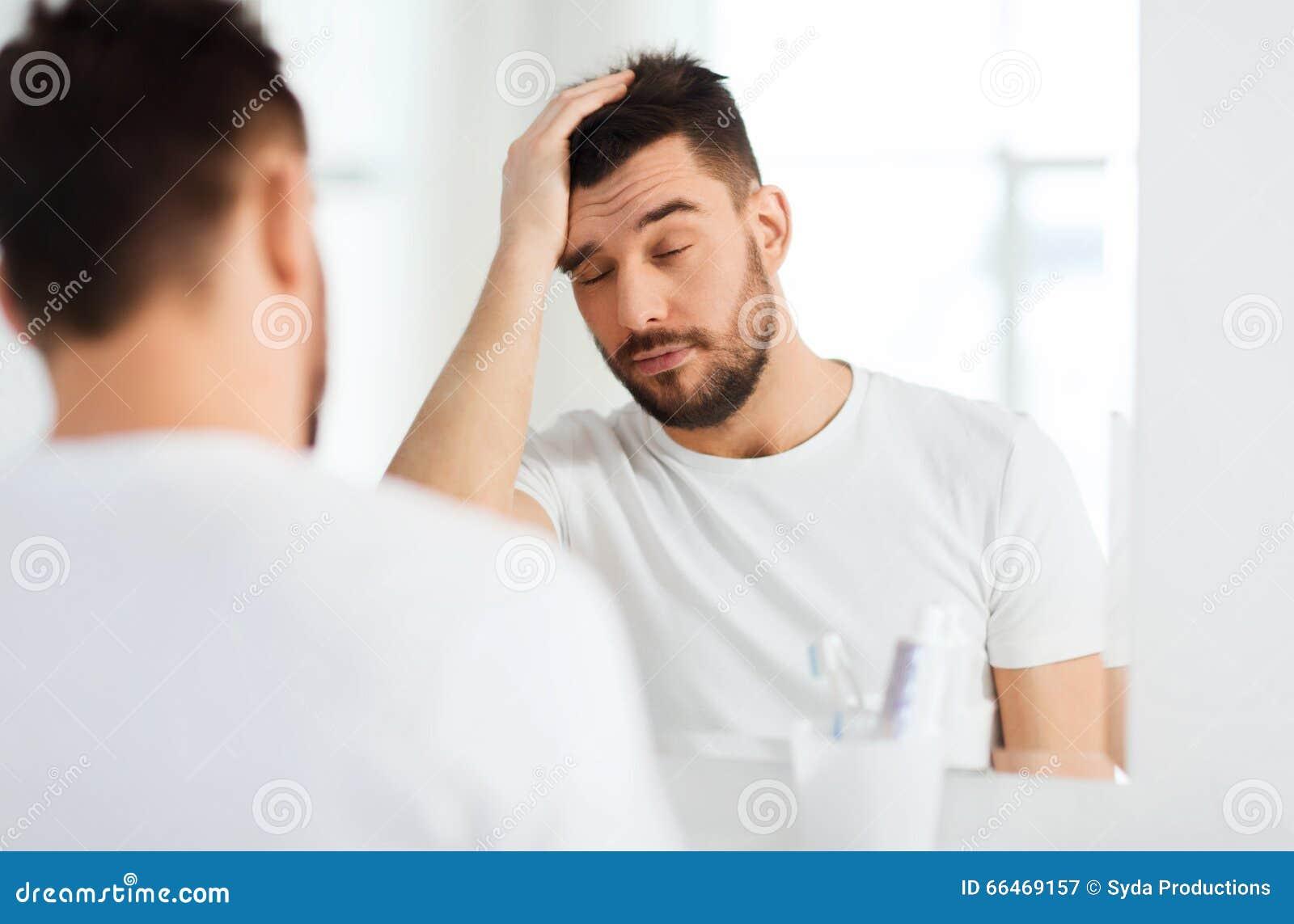Frau wichst mann vor spiegel