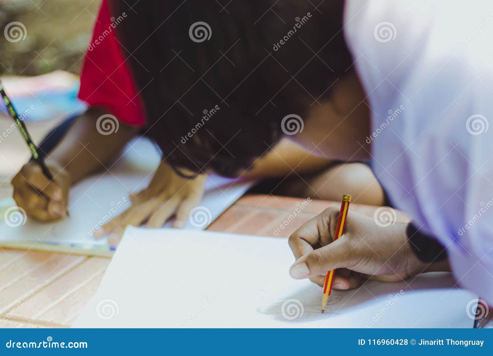 Schließen Sie bis zu den Händen der Studentenpraxiszeichnung