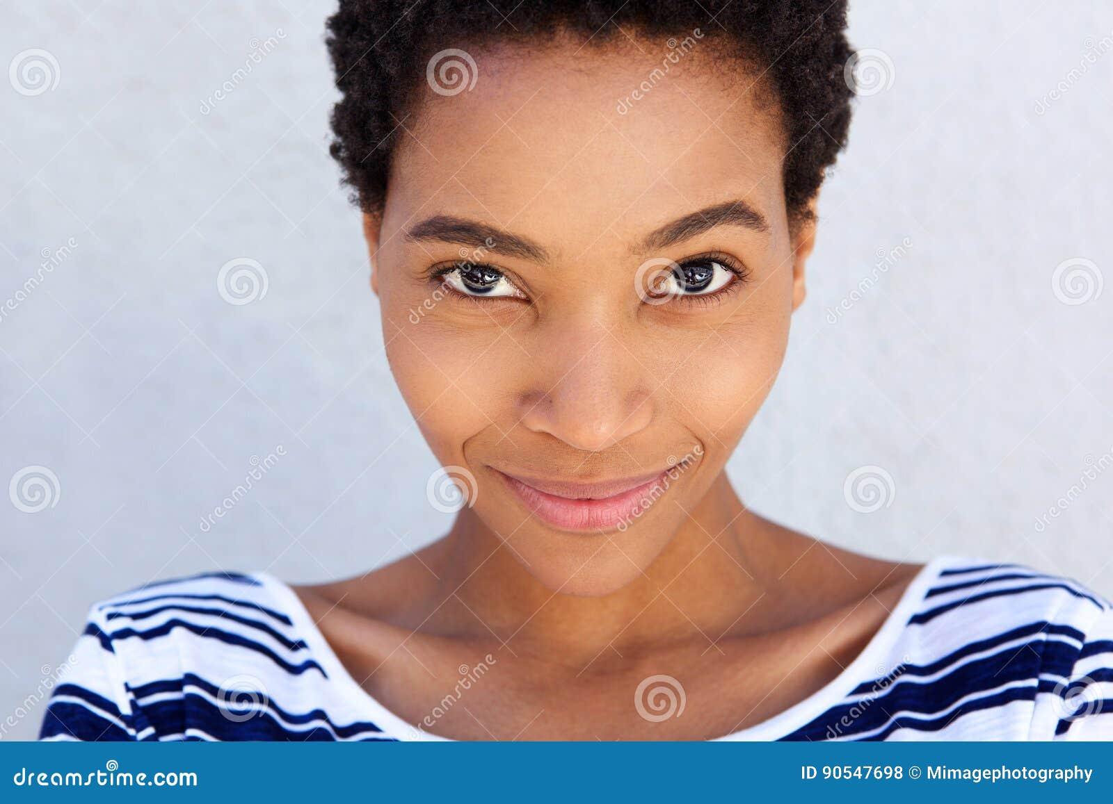Schließen Sie herauf die afroe-amerikanisch smirking Frau