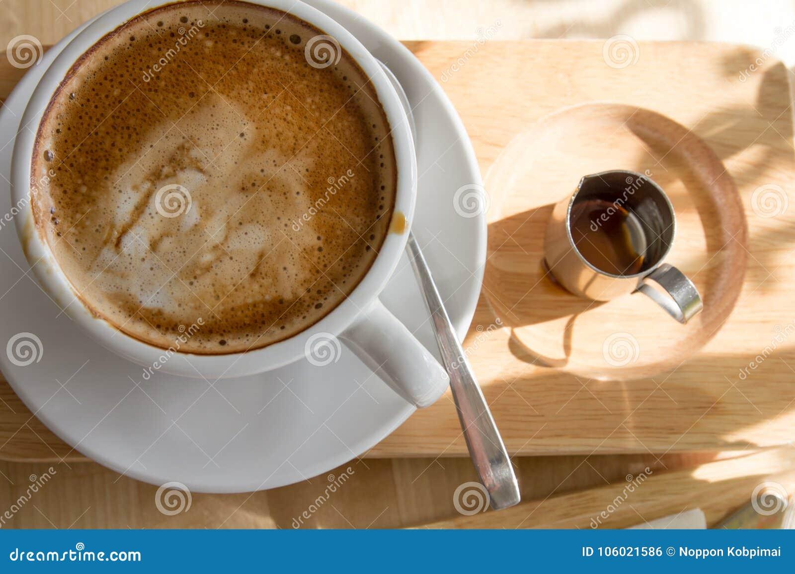Schließen Sie herauf heiße Kaffeetasse mit Draufsicht des Sirups