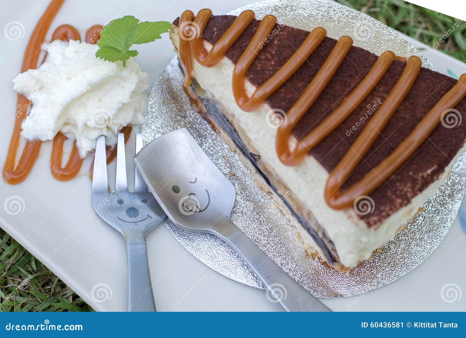 Schliessen Sie Herauf Loffel Mit Banoffee Kuchen Giessen Karamell
